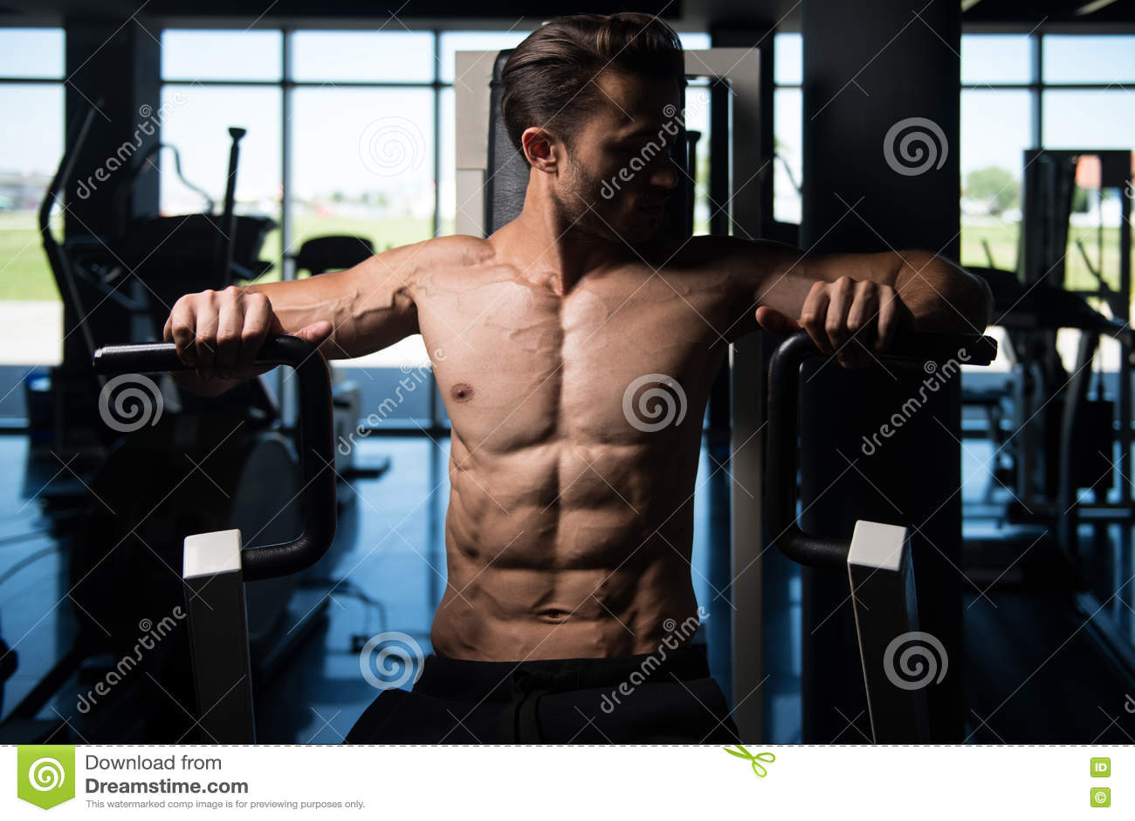 Knappe Mens die Zwaargewicht Oefening voor Borst doen