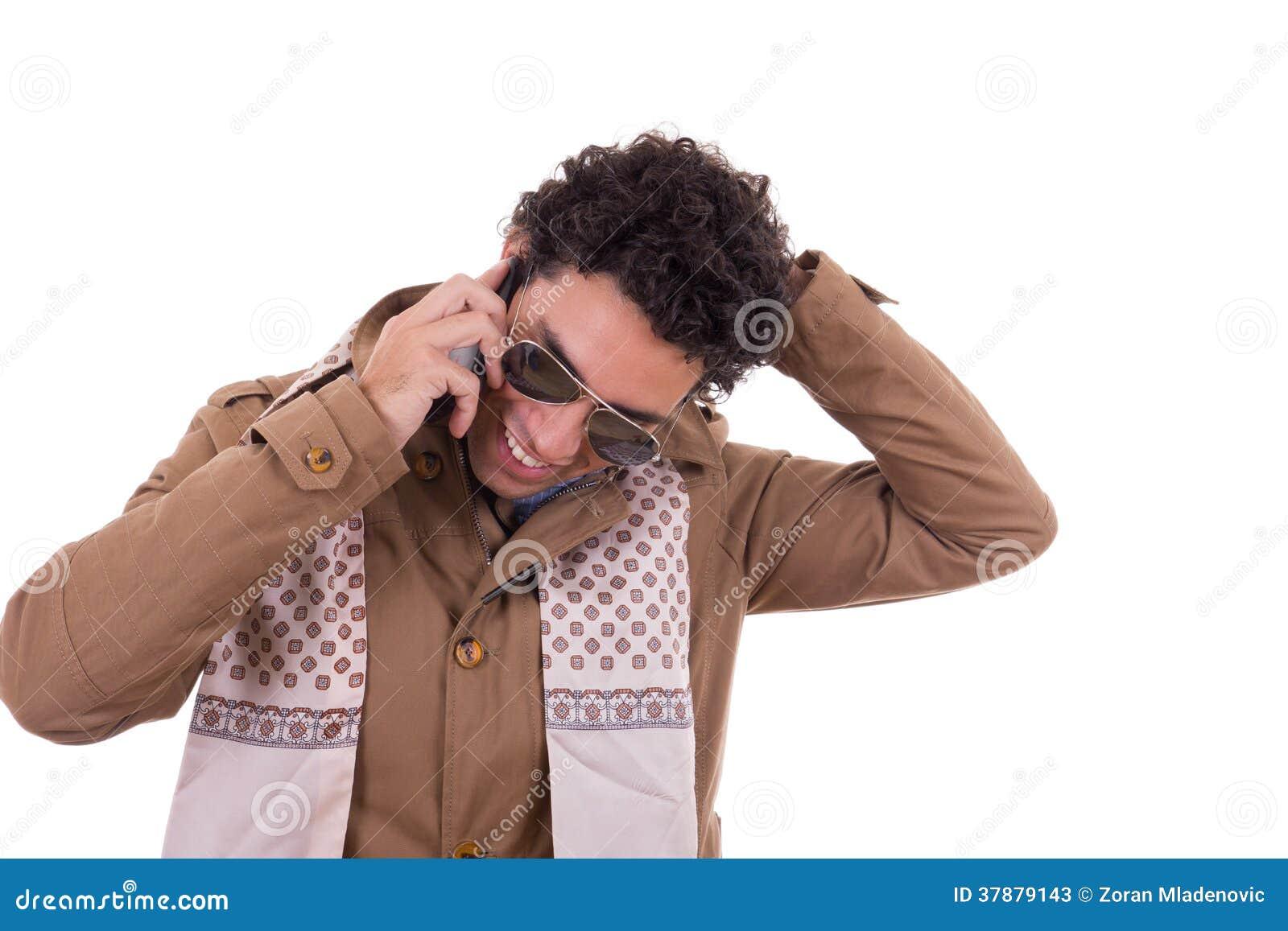 Knappe mens met zonnebril die jasje en sjaal dragen talkin