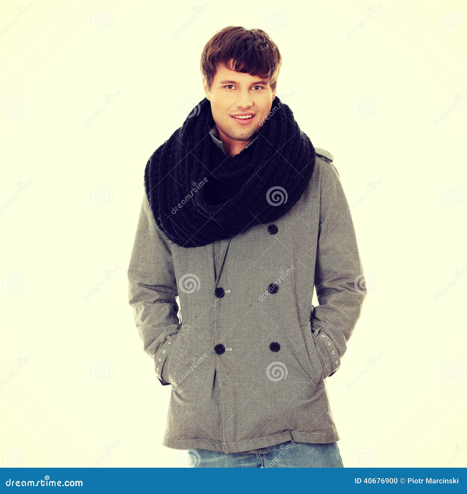 Knappe mens in sjaal en laag