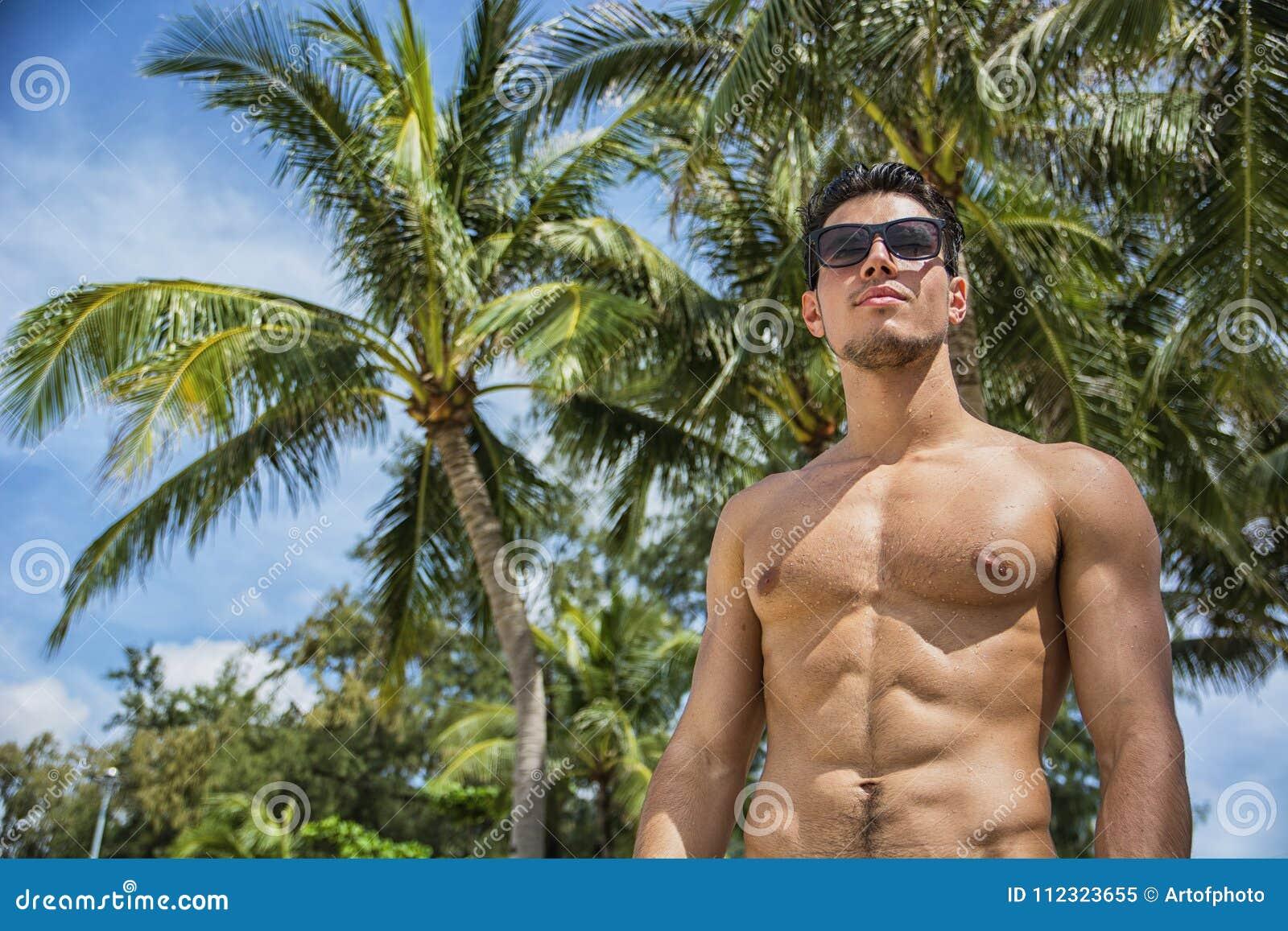 Knappe shirtless mens die camera bekijken