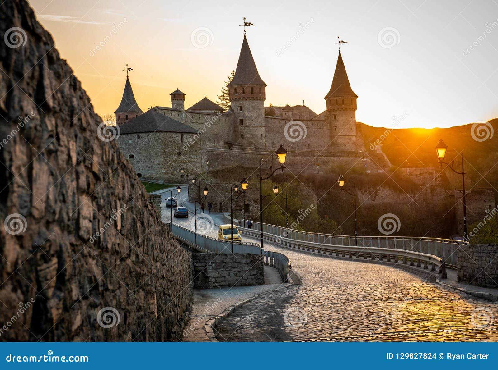Kniaź Kamianets-Podilskyi forteca przy zmierzchem
