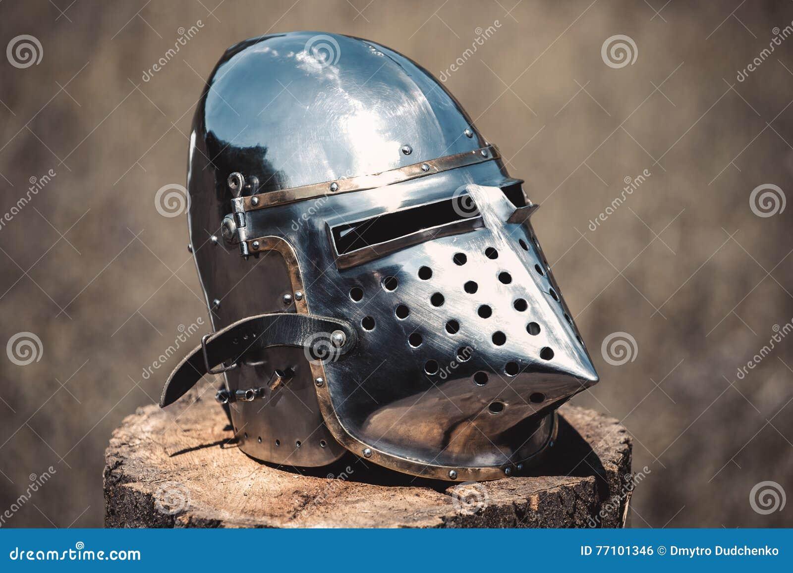Knight, гениальный шлем стоя на деревянном пне