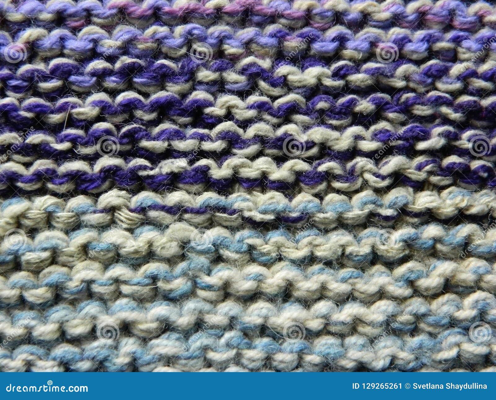 Knitted Tricotant Avec Des Aiguilles De Tricotage Point De