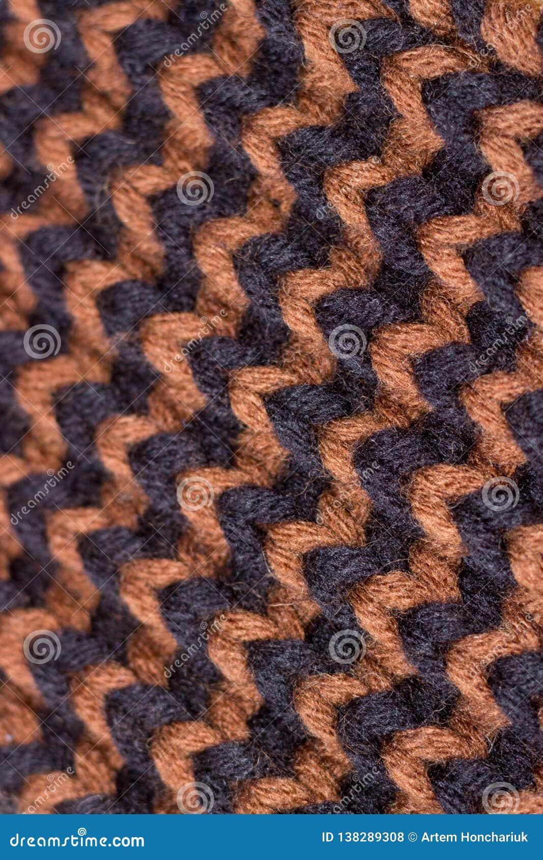 Knitting Achtergrond gebreide textuur Heldere breinaalden Zwart en bruin wollen garen voor het breien