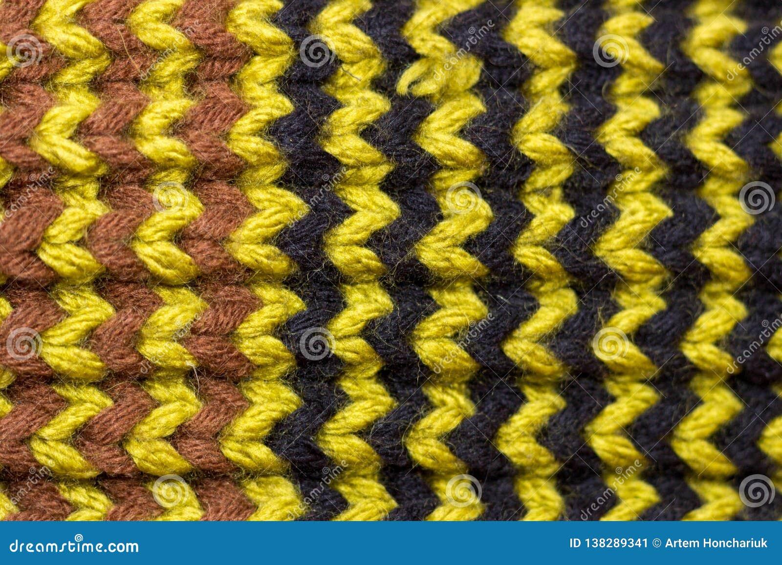 Knitting Achtergrond gebreide textuur Heldere breinaalden Zwart, groen en bruin wollen garen voor het breien