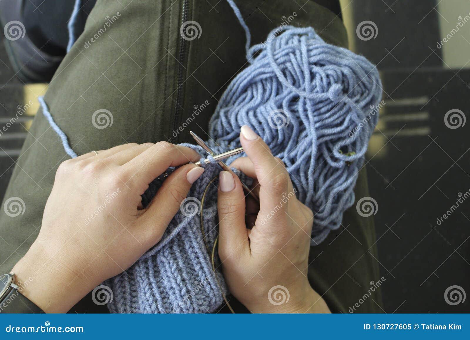 Knitting Vrouwelijke handen met breinaalden Hoogste mening Close-up