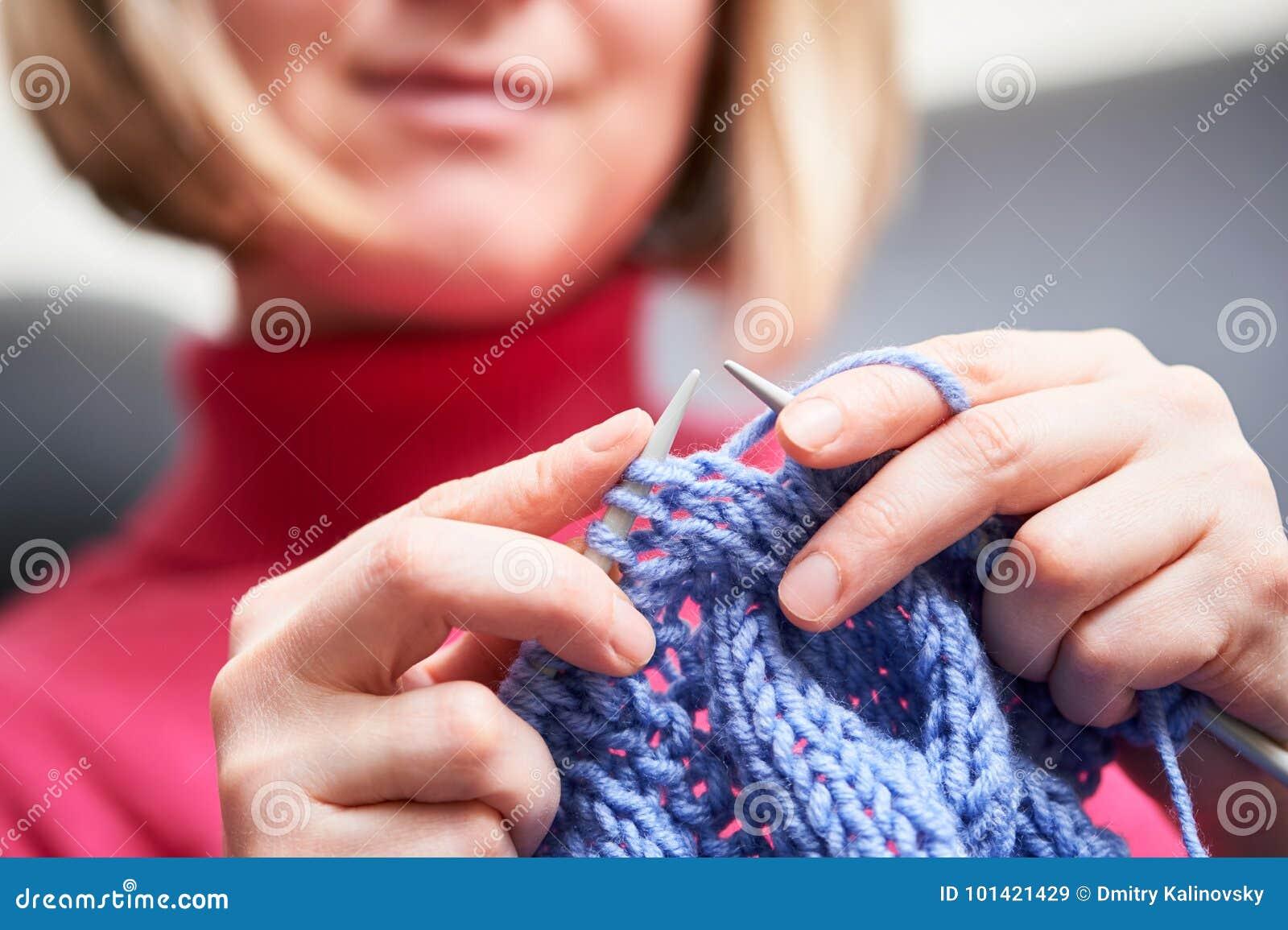 Knitting vrouwelijke handen met naald en draad