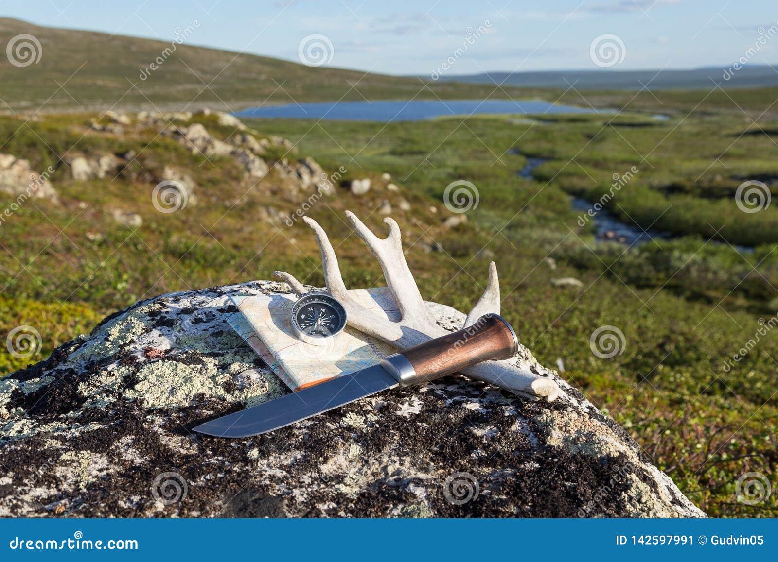 Kniven, kompasset och översikten på vaggar
