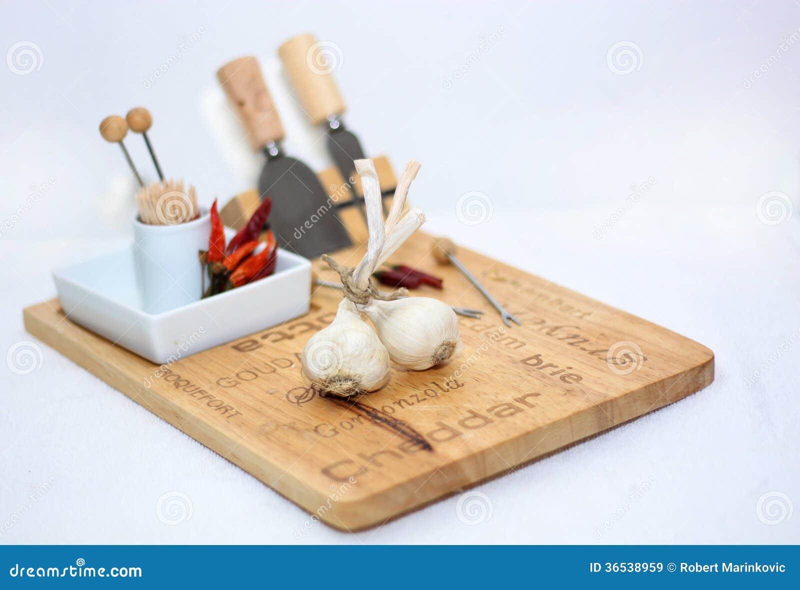 Knoblauch auf dem Küchenbrett