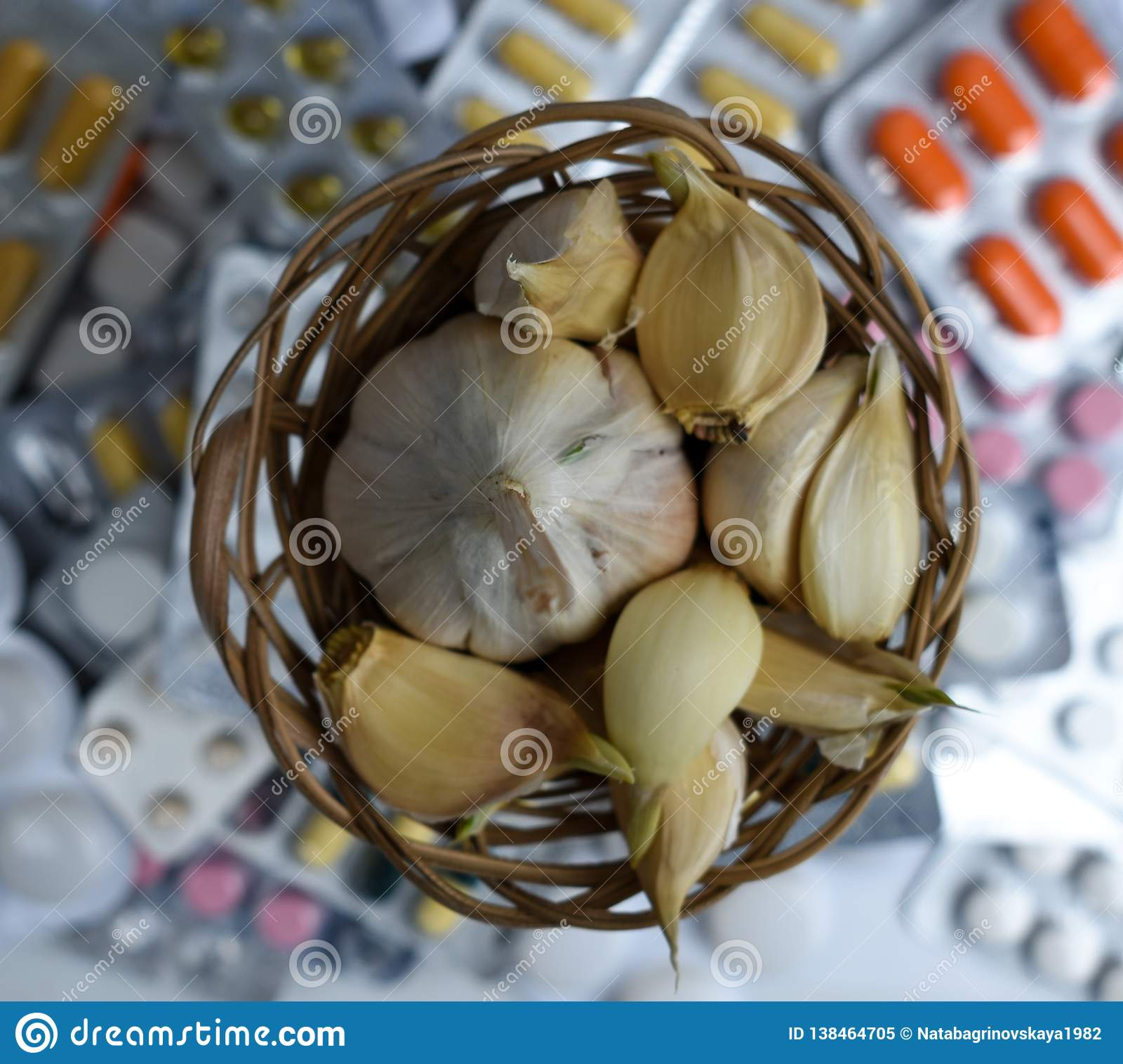 Knoblauch und Pillen auf weißem Hintergrund