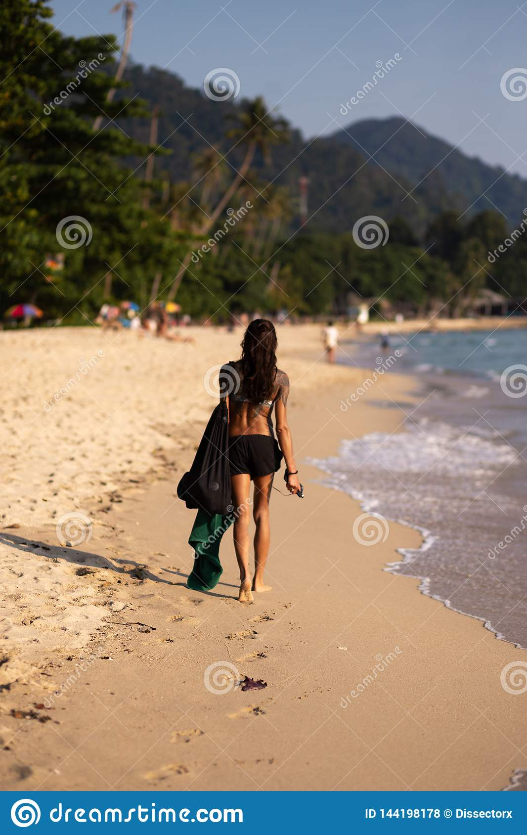 KNOCK-OUT CHANG, TAILANDIA - 9 DE ABRIL DE 2018: Asiático auténtico ellos muchacha que camina a lo largo del mar en una playa con