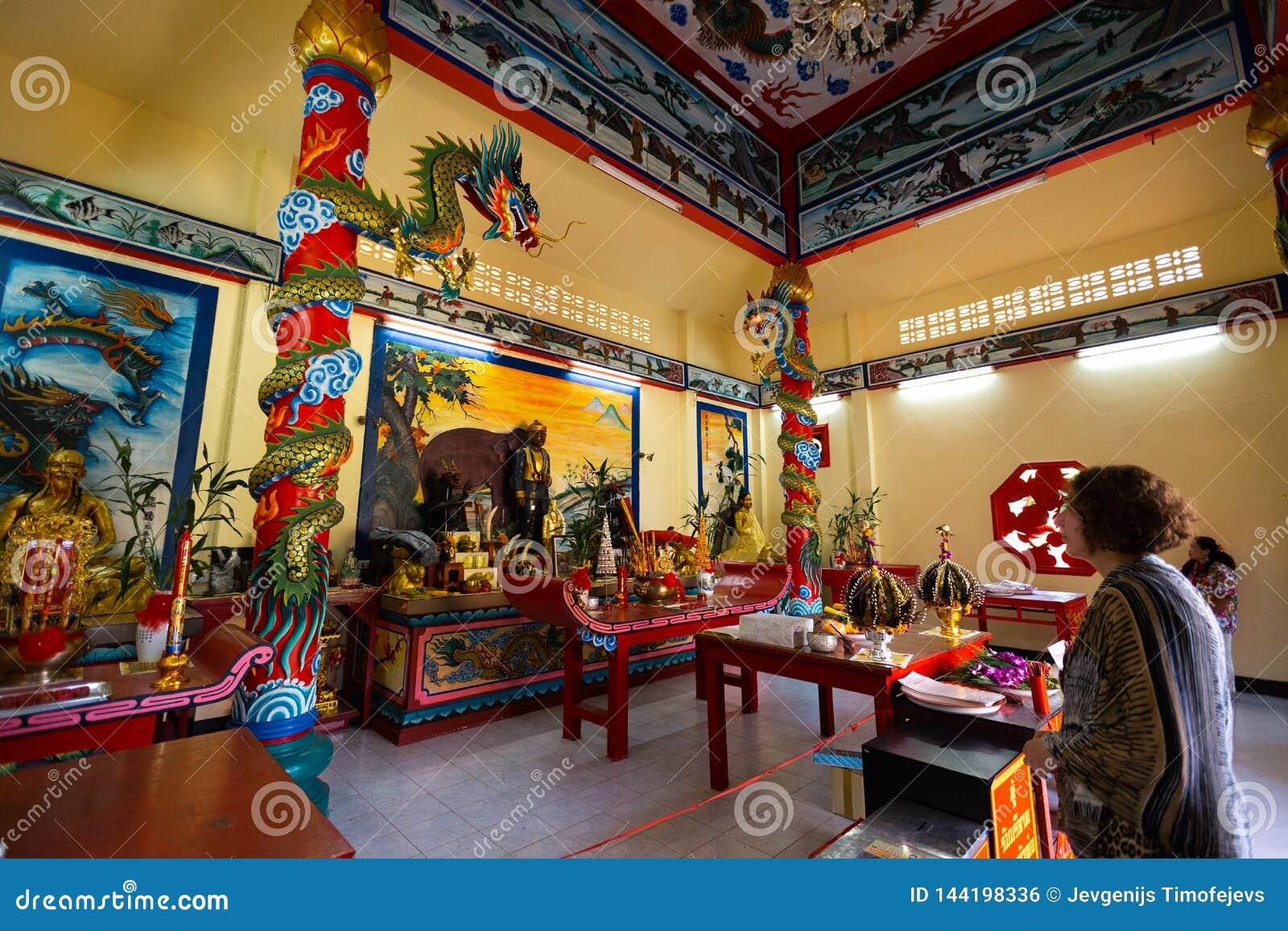 KNOCK-OUT CHANG, TAILANDIA - 10 DE ABRIL DE 2018: Templo chino del buddist en el área del norte de la isla - jeroglíficos y model
