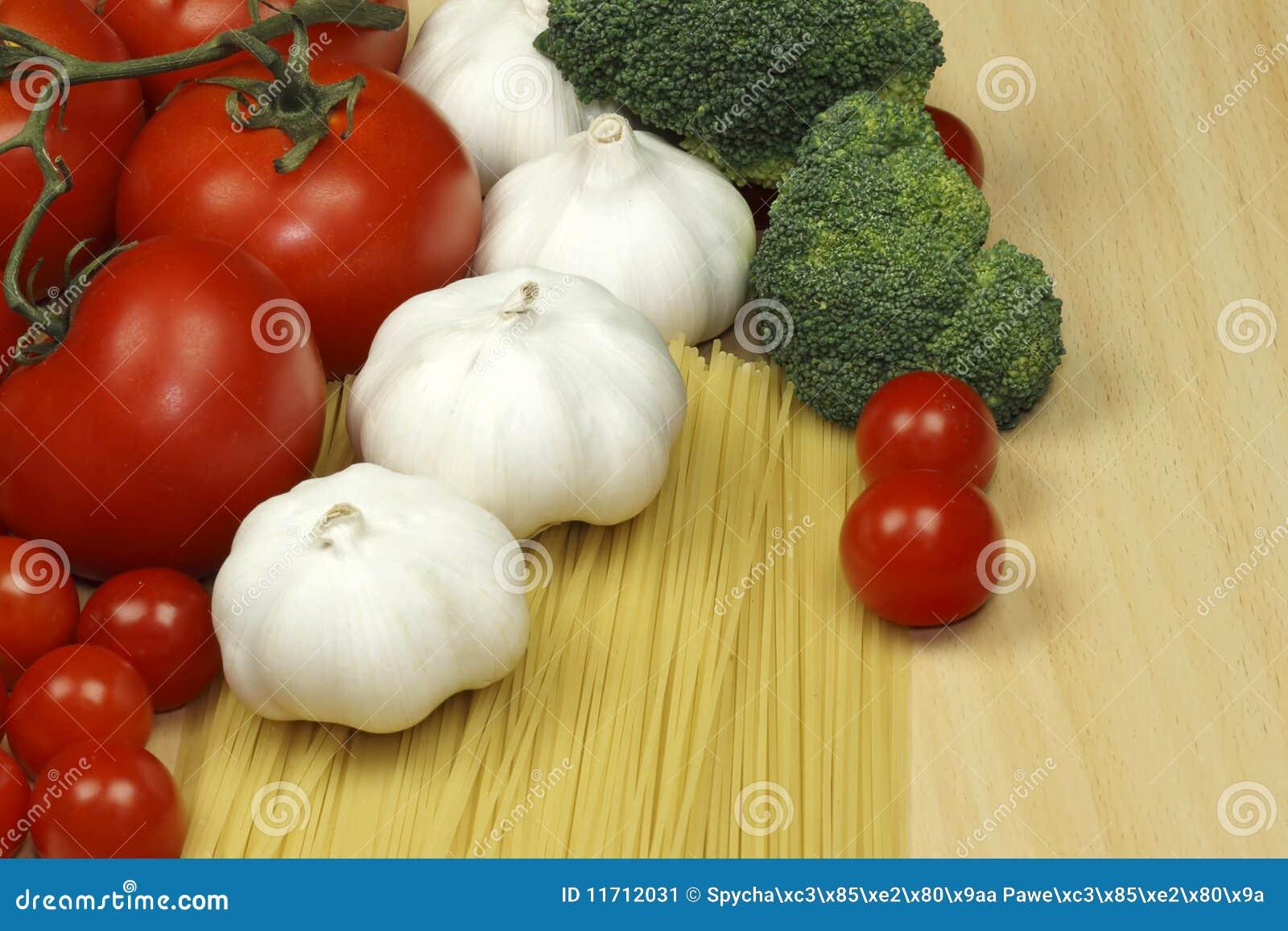 Knoflook, deegwaren en tomaten