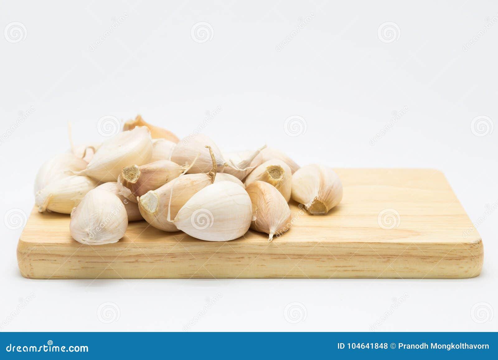 Download Knoflook Op Houten Raad Over Wit Stock Foto - Afbeelding bestaande uit voeding, aroma: 104641848