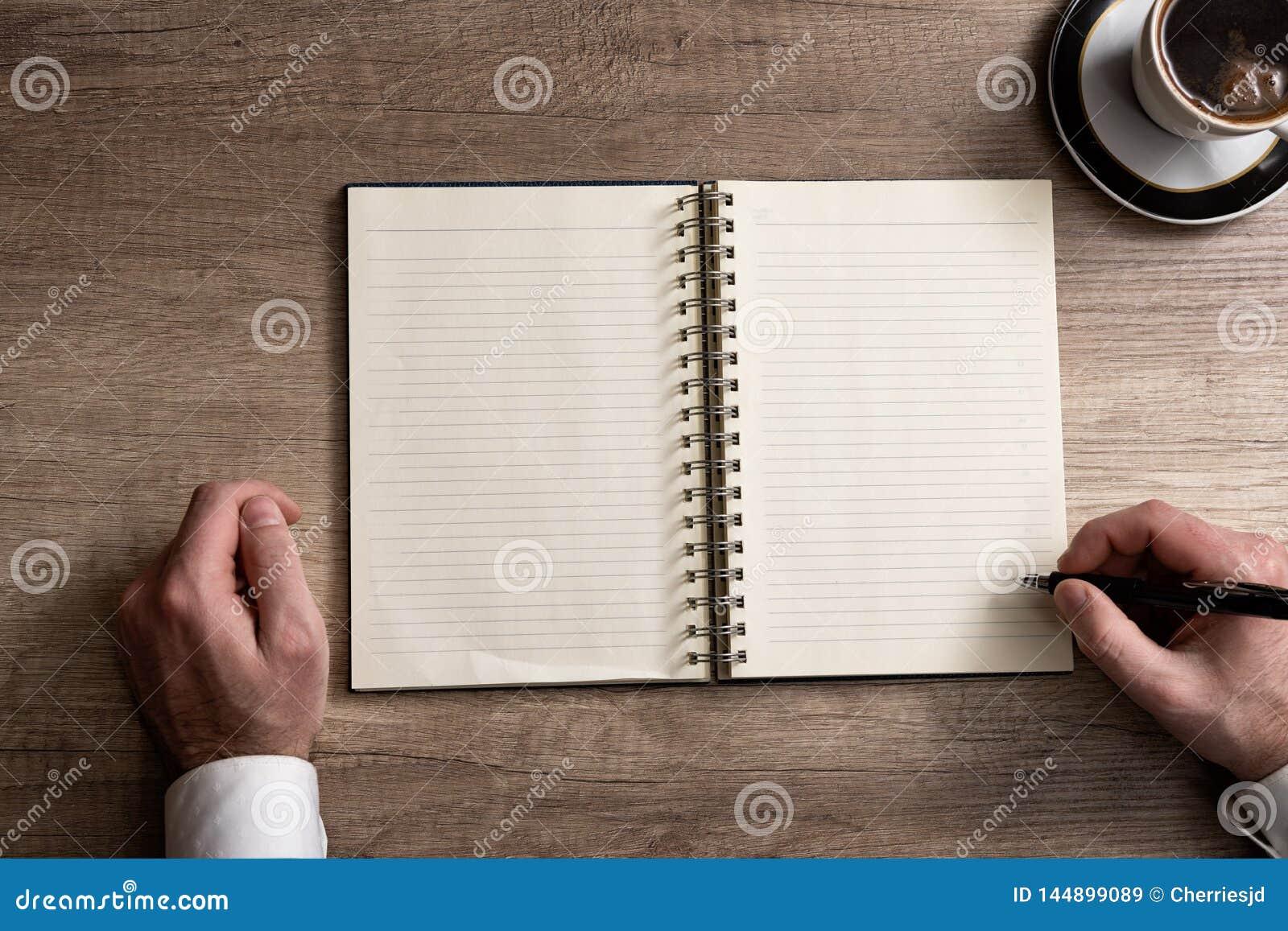 Knolling r?ki pisze na pustym papierze