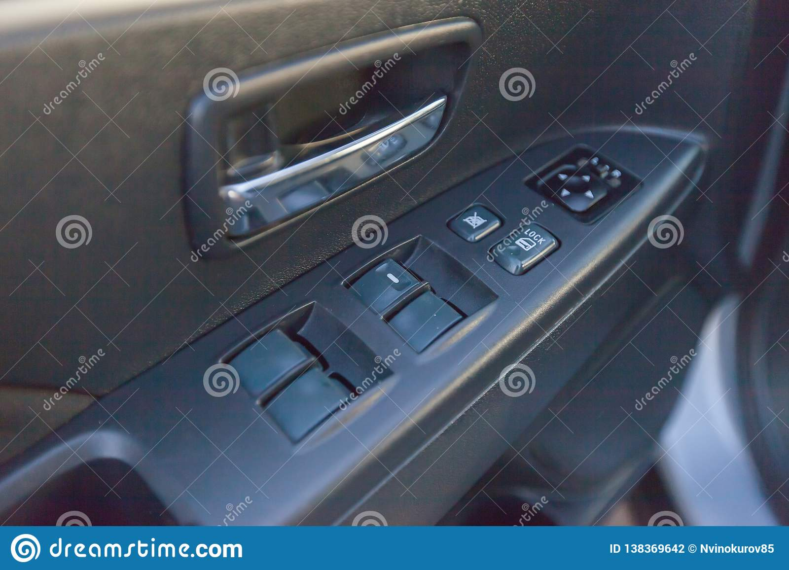 Knopen van vensterregelgevers in een automobiele deur