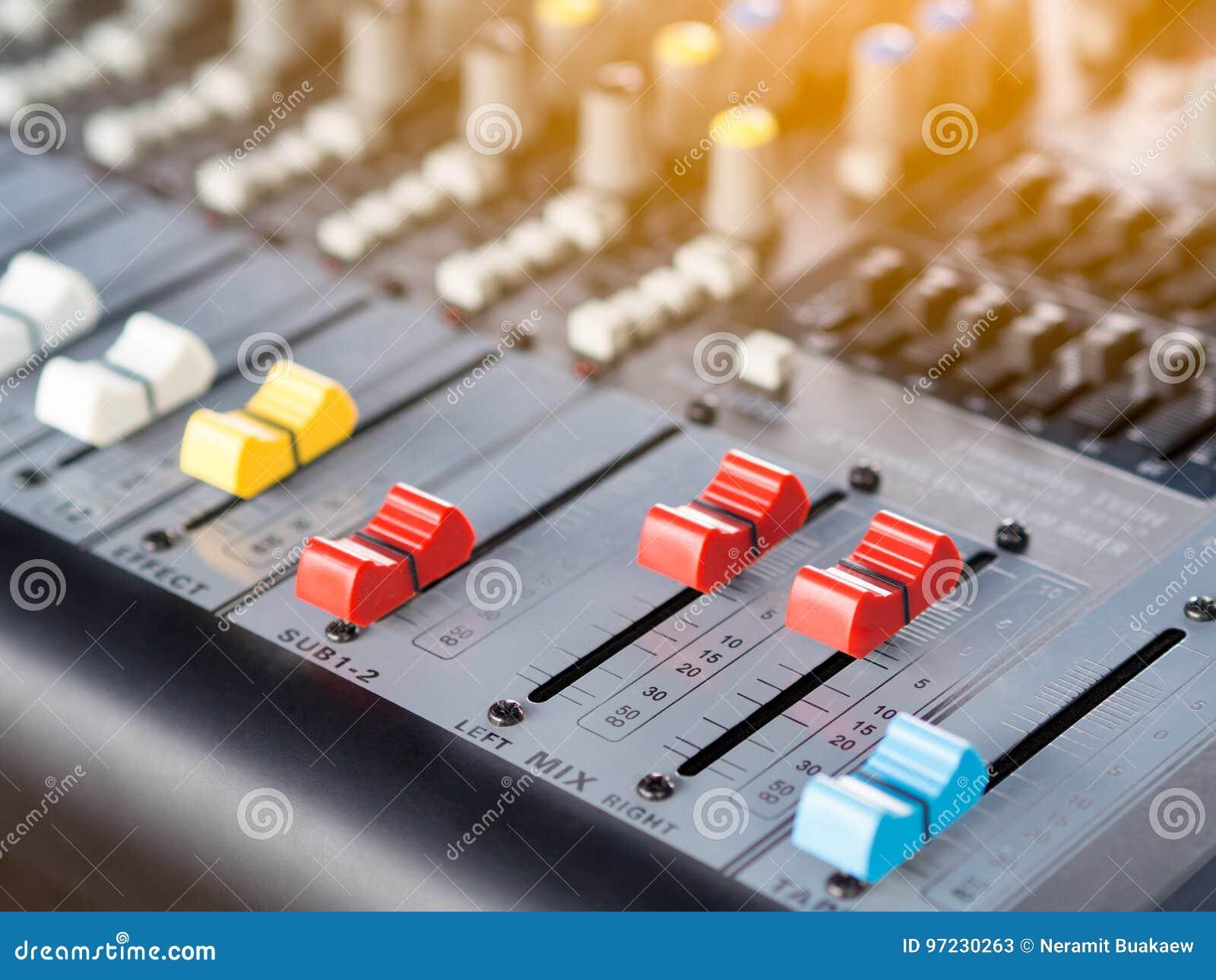 Knopflinie Der Audiotonmeisterkonsole Stockbild - Bild von mikrophon ...