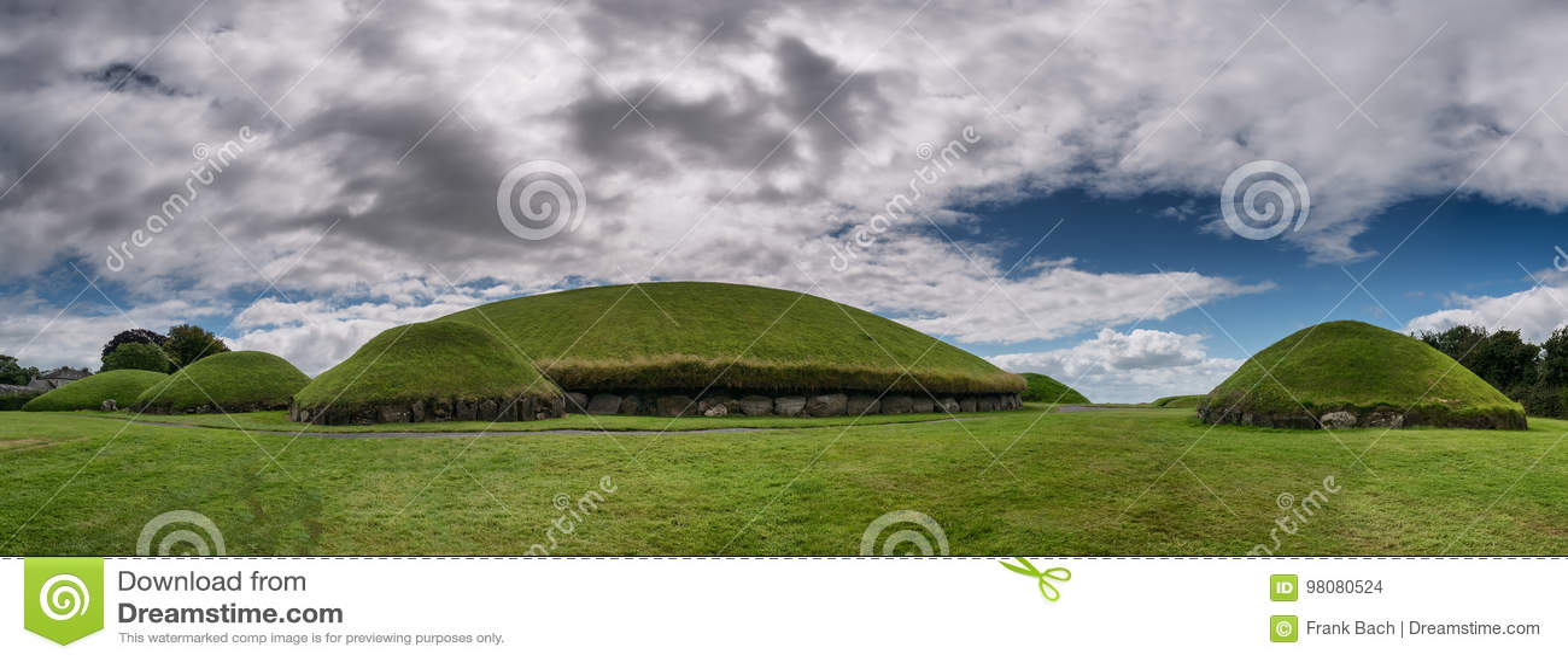 Knowth新石器时代的段落坟茔,主要土墩在爱尔兰