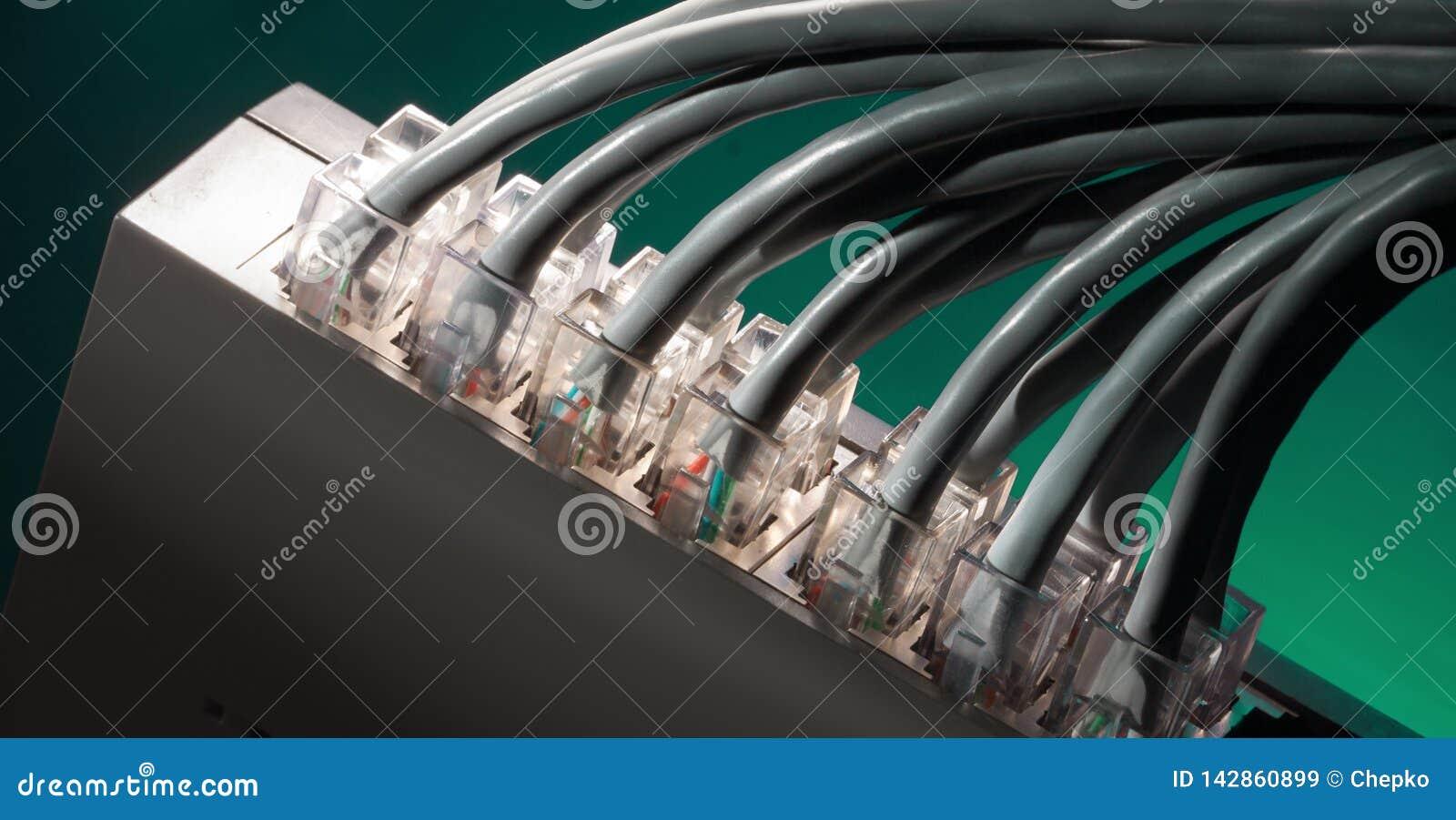 Knyta kontakt kablar, och serveror i teknologidata centrerar