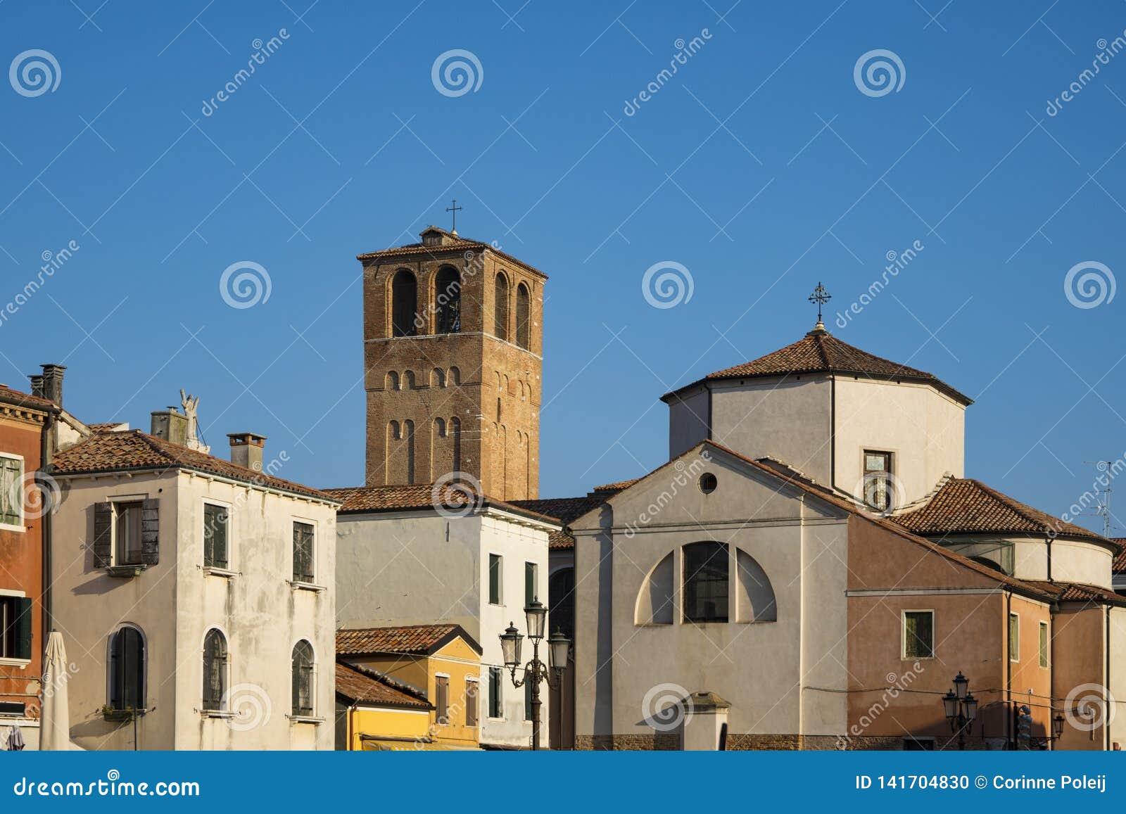 Kościelny Santa Andrea z wierza en kolorowymi domami w Chioggia, Włochy