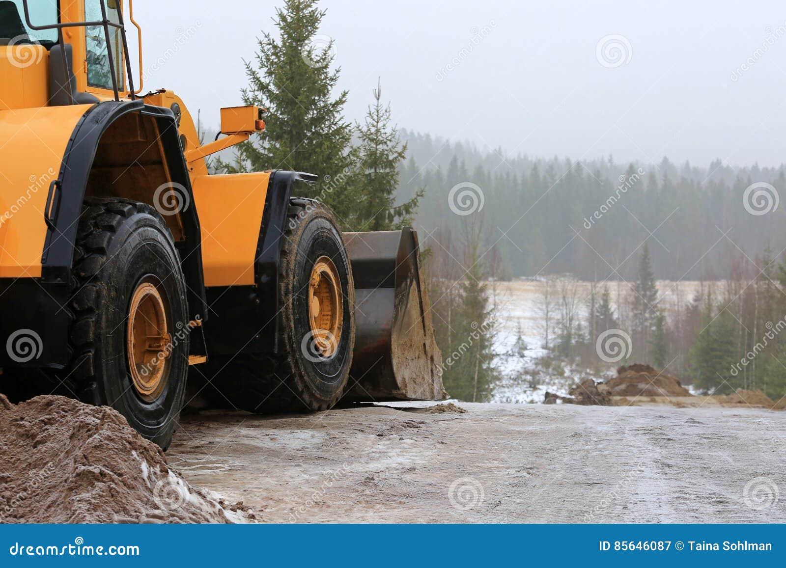 Koło ładowacz przy budowy drogi miejscem