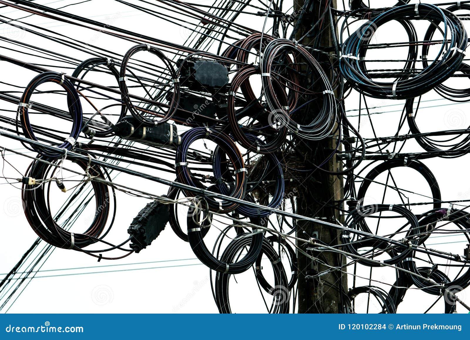 Kołtuniaści elektryczni druty na miastowym elektrycznym słupie Dezorganizujący i upaćkany organizaci zarządzania concep