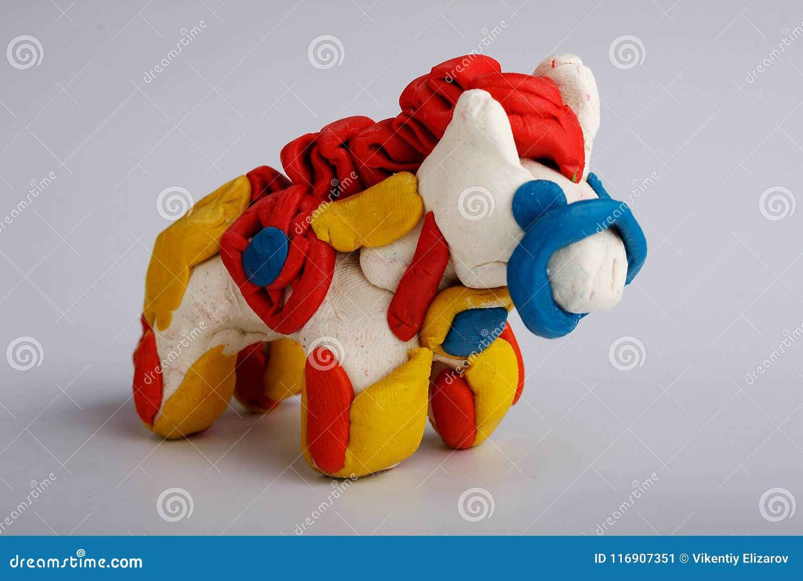 Koń robić plastelina na jednorodnym tle