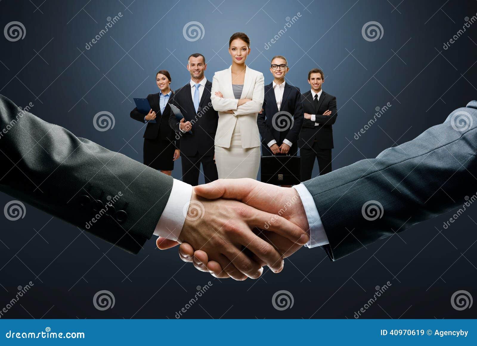 Końcowa transakcja z uściskiem dłoni
