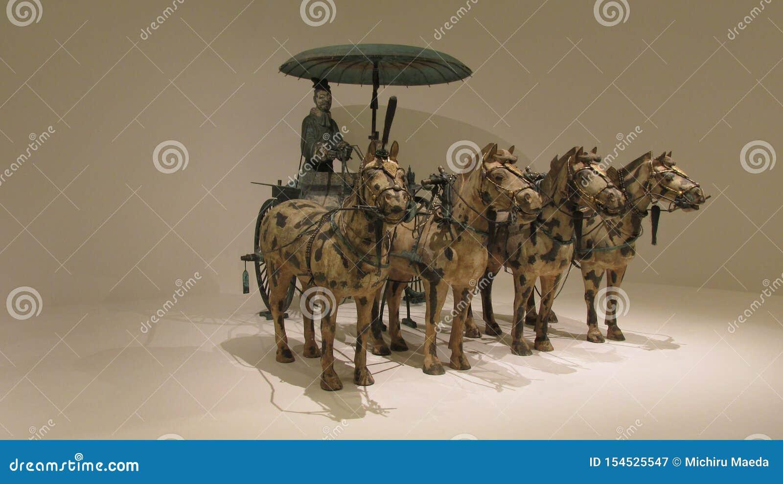 Koński rydwan robić w brązie z złota i srebra dekoracją