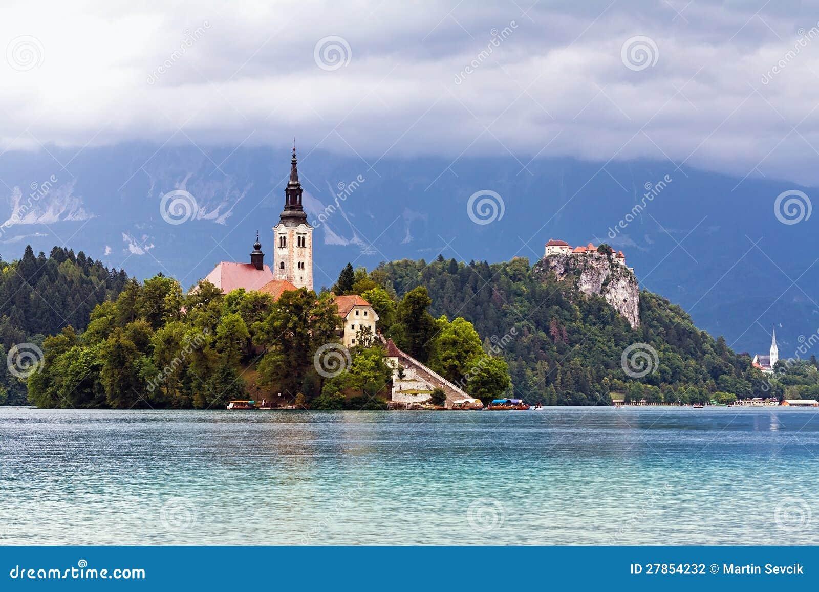 Kościół na wyspie w jeziorze Krwawiącym