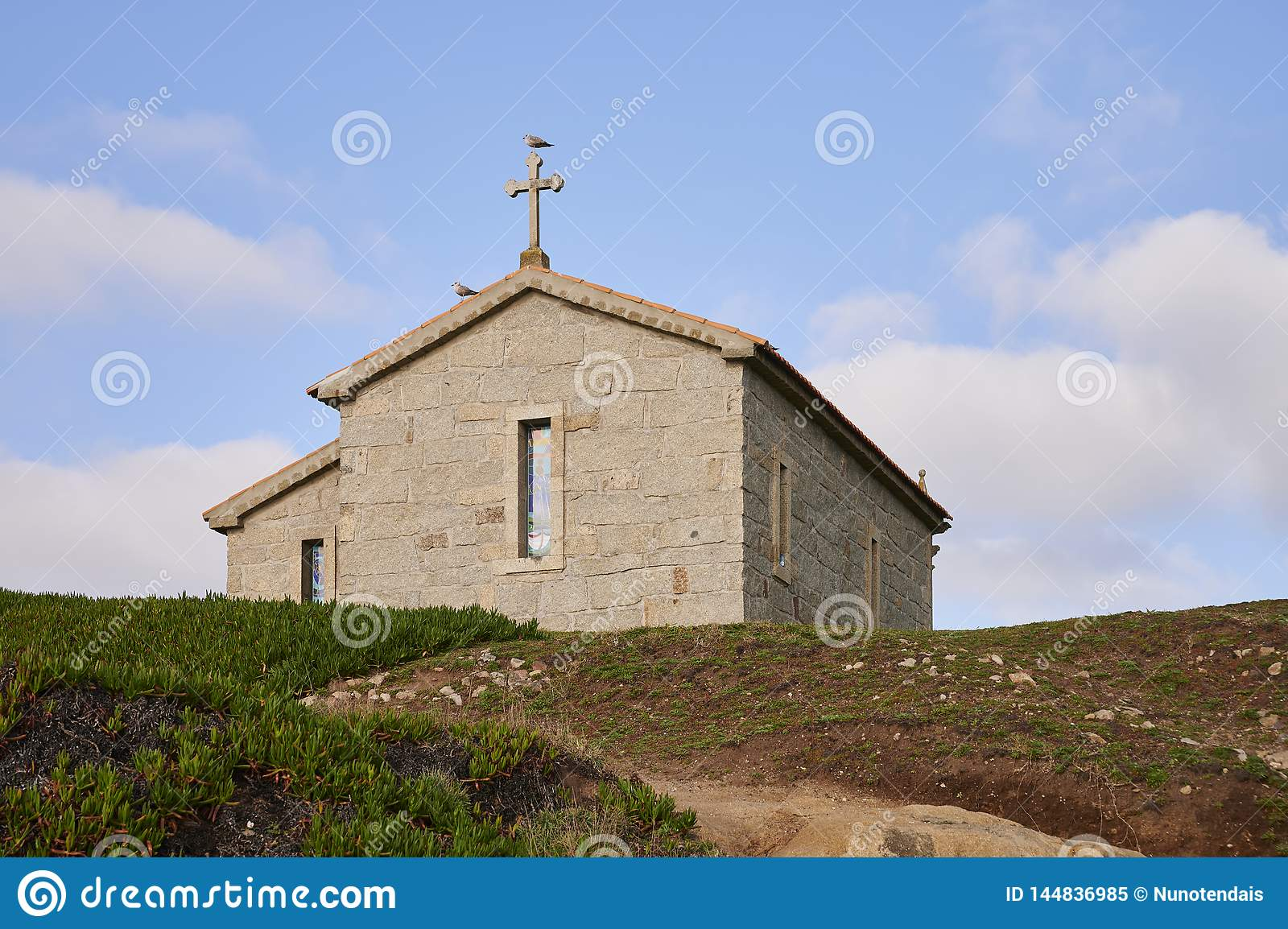 Kościół nad wzgórzem przeciw niebieskiemu niebu