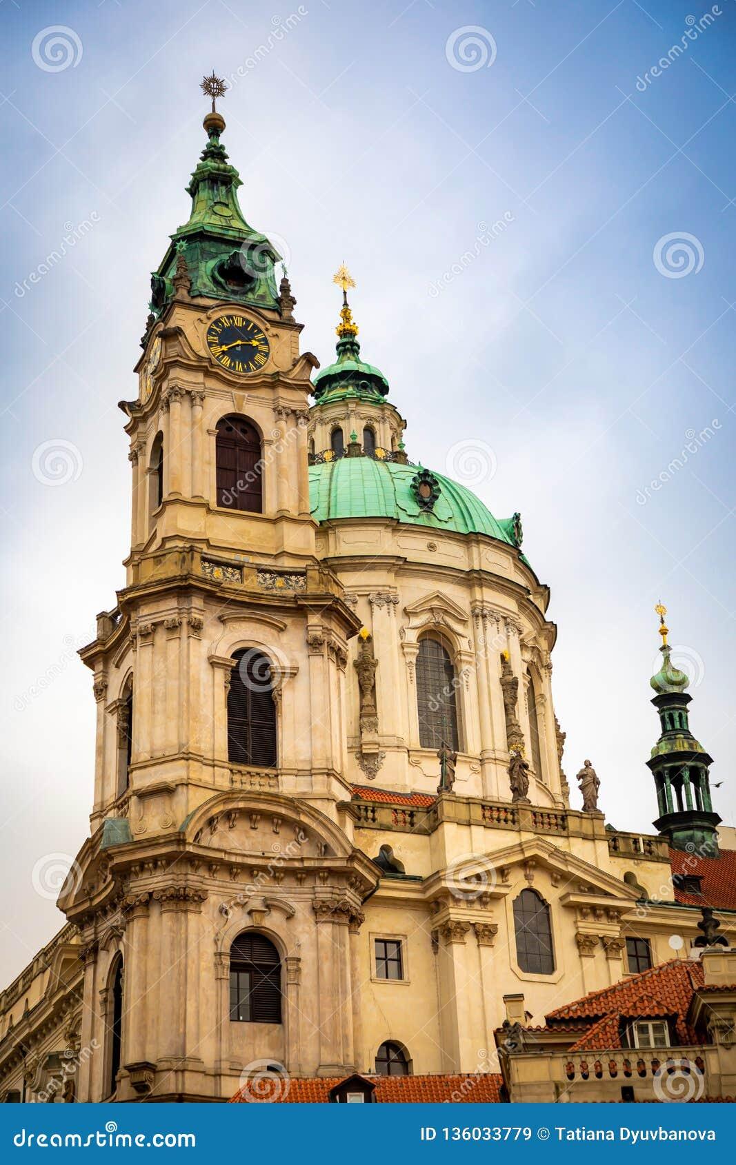 Kościół Saint Nicolas Mikulase lub kostel svateho, widok od mostecka ulicy z ludźmi w Praga, republika czech