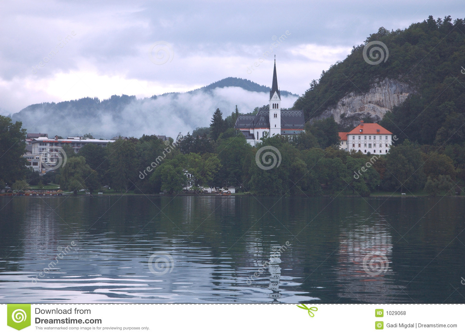 Kościół się nad jezioro.