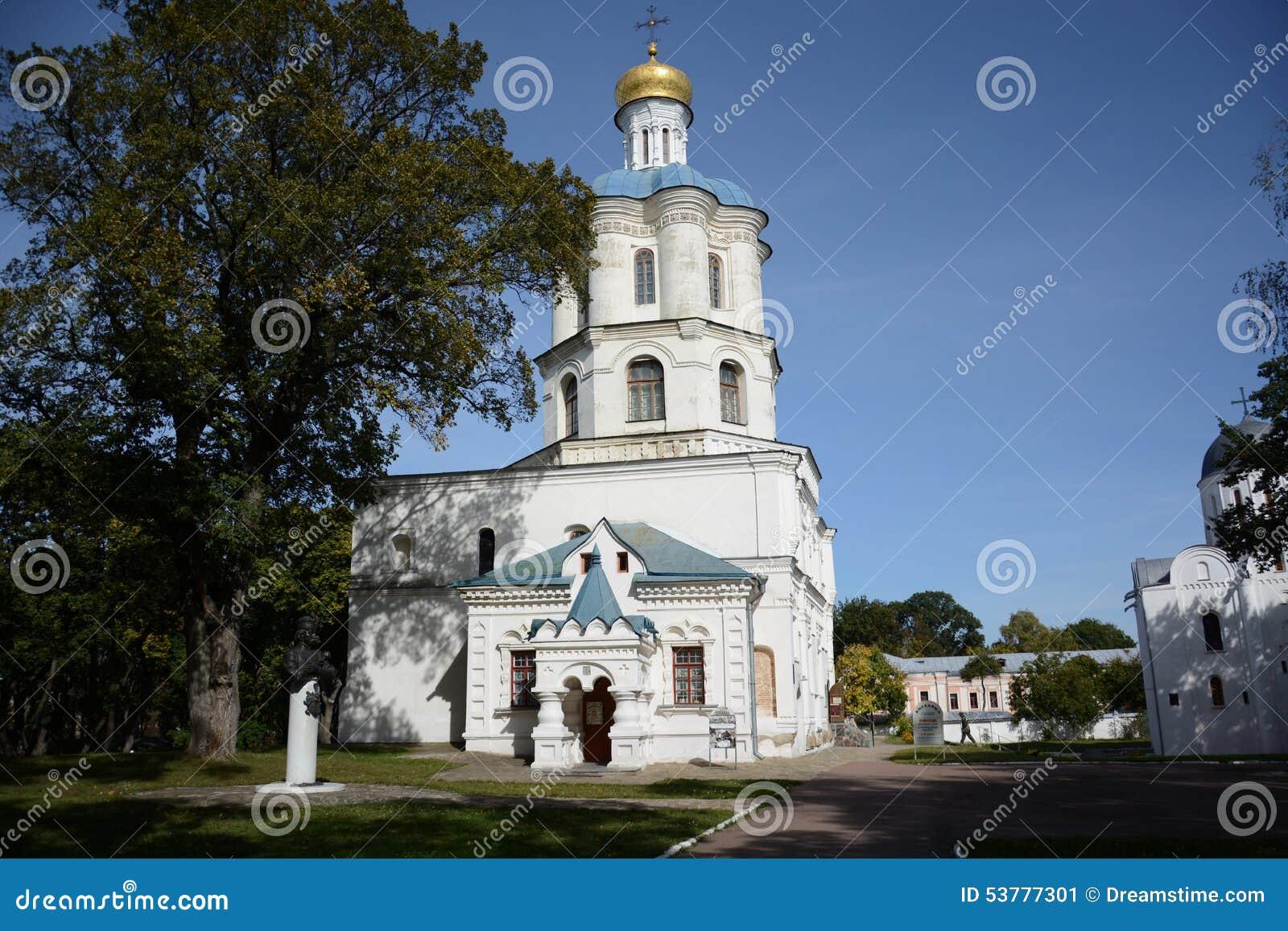 Kościół w jesień parku