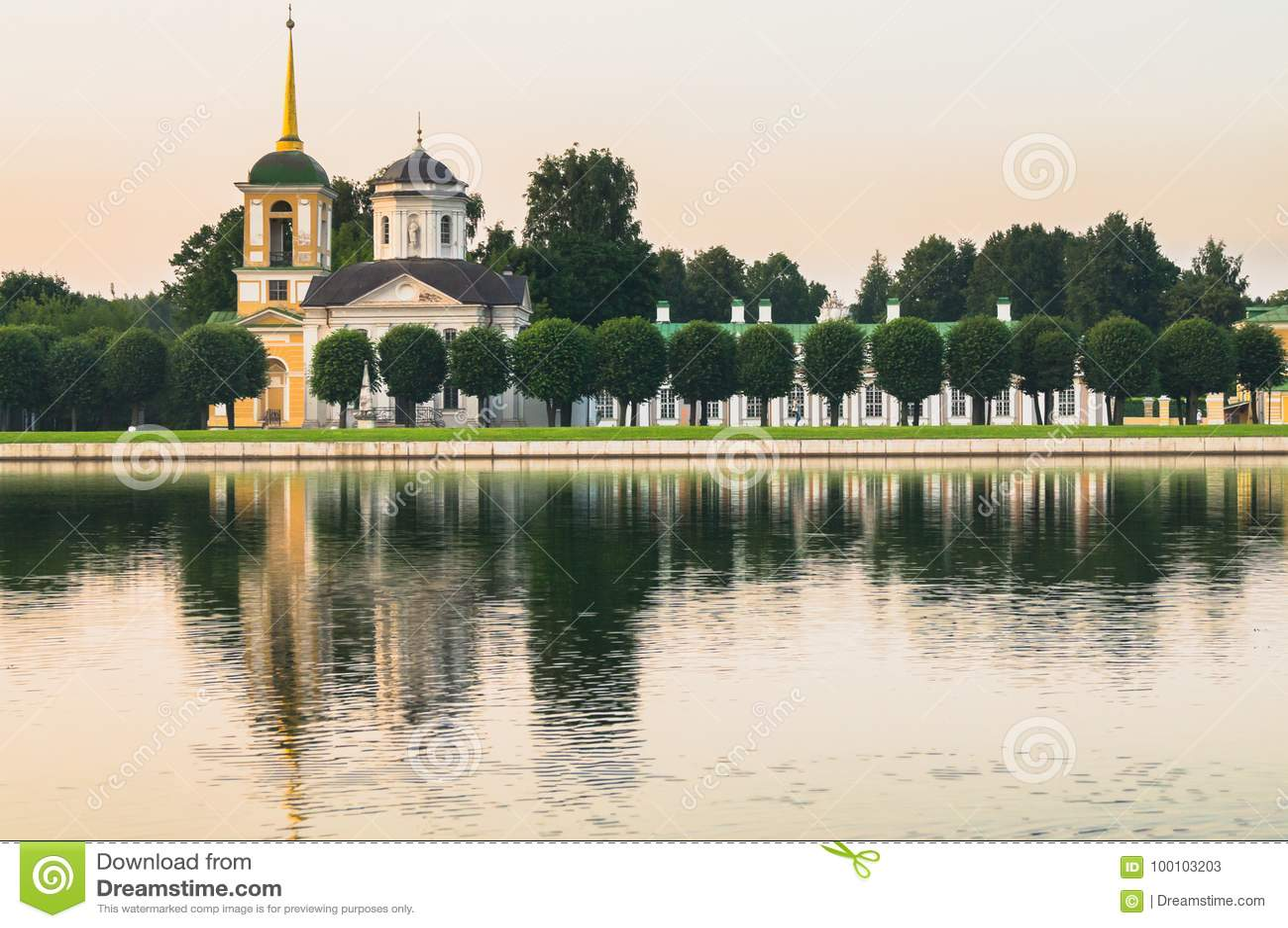 Kościół z dzwonkowy wierza w nieruchomości Kuskovo, Moskwa