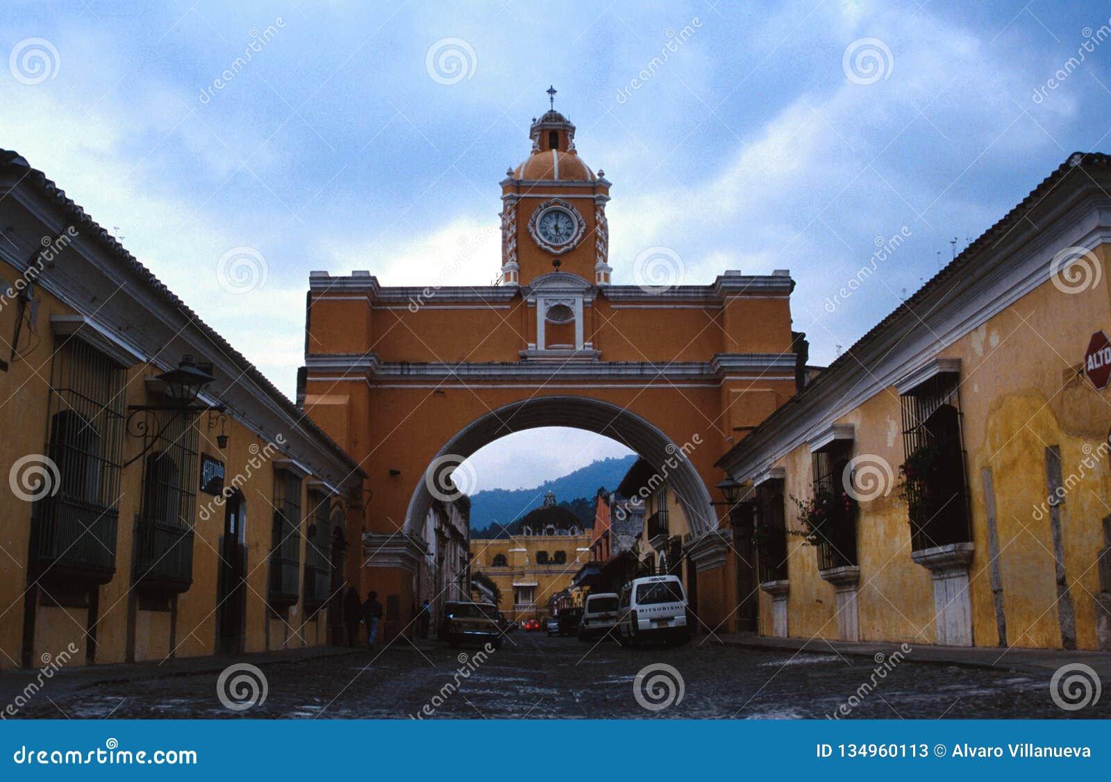 Kościelny łuk nad ulicą w Antigua, Gwatemala