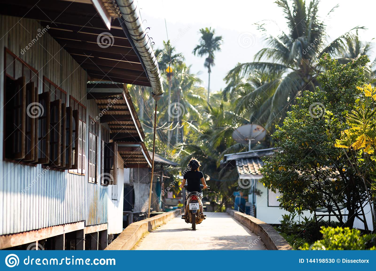KO CHANG, ΤΑΪΛΆΝΔΗ - 10 ΑΠΡΙΛΊΟΥ 2018: Χωριό των αυθεντικών παραδοσιακών ψαράδων στο νησί - άνθρωποι και παιδιά μέσα
