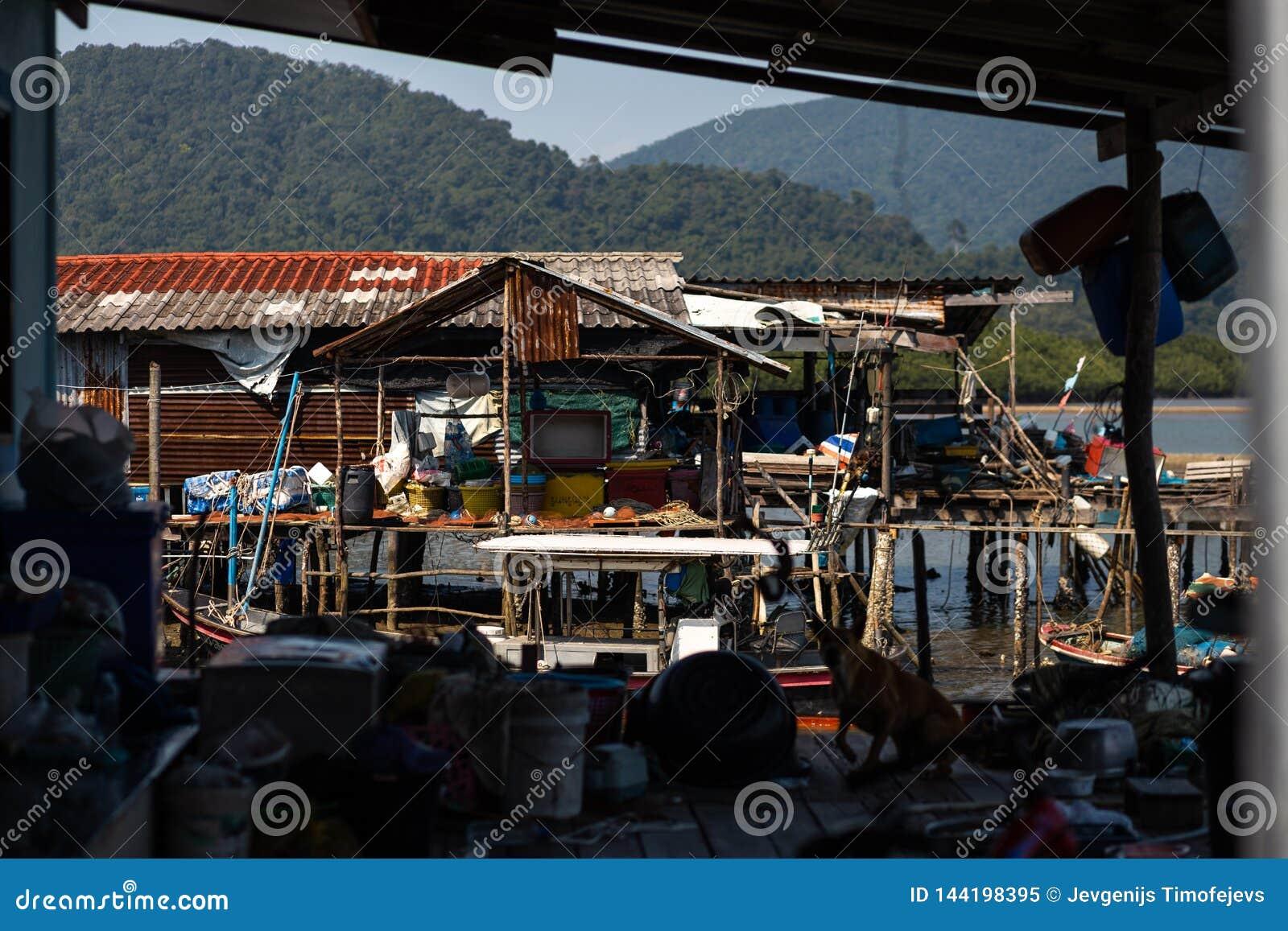 KO CHANG, ТАИЛАНД - 10-ОЕ АПРЕЛЯ 2018: Деревня подлинных традиционных рыболовов на острове - люди и дети внутри