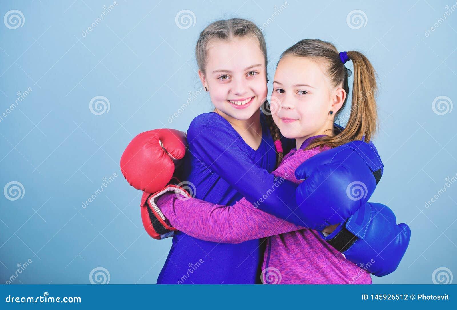 KO de perfura??o Atividade da inf?ncia exerc?cio do pugilista pequeno das meninas no sportswear Sucesso do esporte Amizade Aptid?