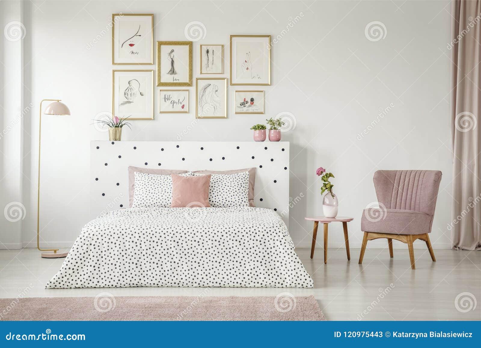 Kobiecy Sypialni Wnętrze Z Białymi ścianami Polki Kropki
