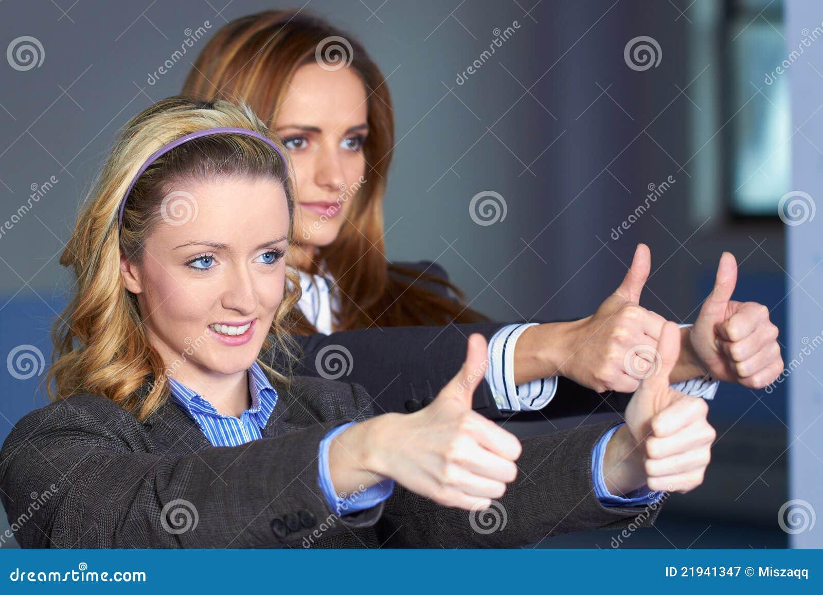 Kobiet gesta przedstawienie kciuk dwa