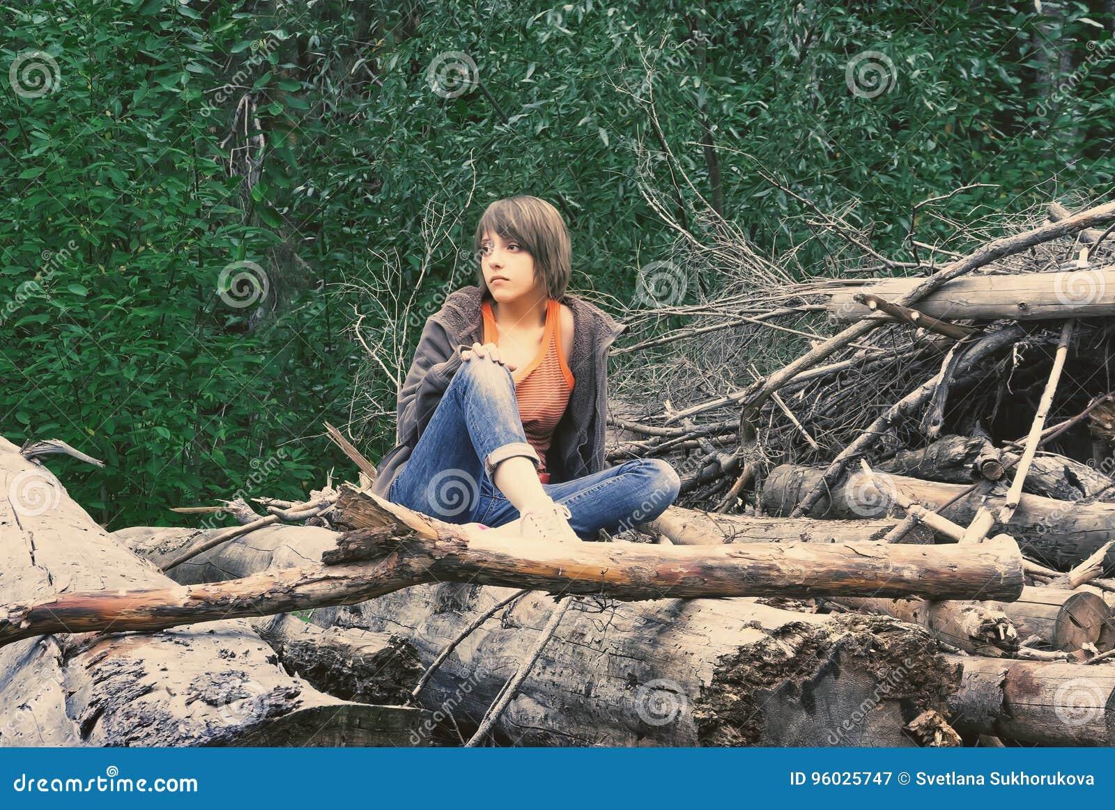 Kobiet lasowi siedzący potomstwa
