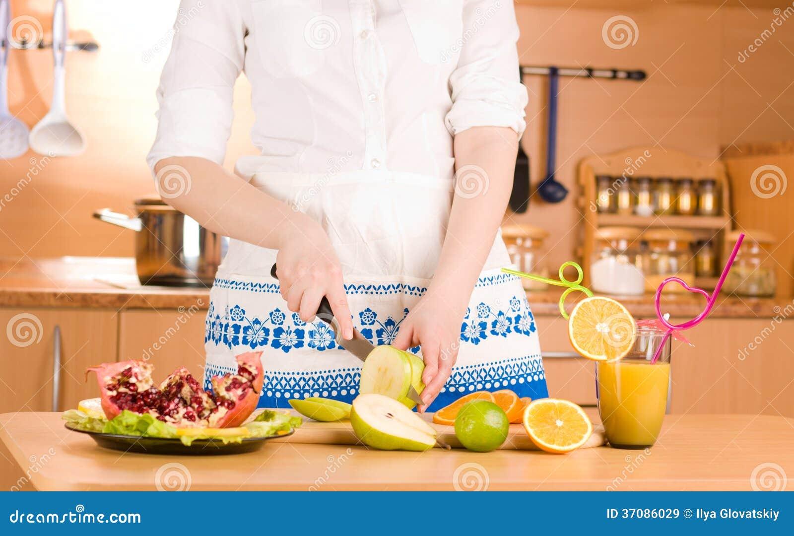 Download Kobiet ręki ciie jabłka obraz stock. Obraz złożonej z sałata - 37086029