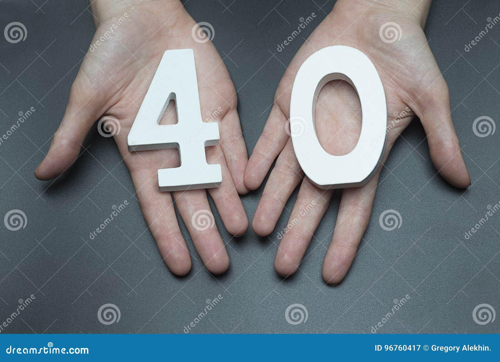Kobiet ręki numerowi czterdzieści