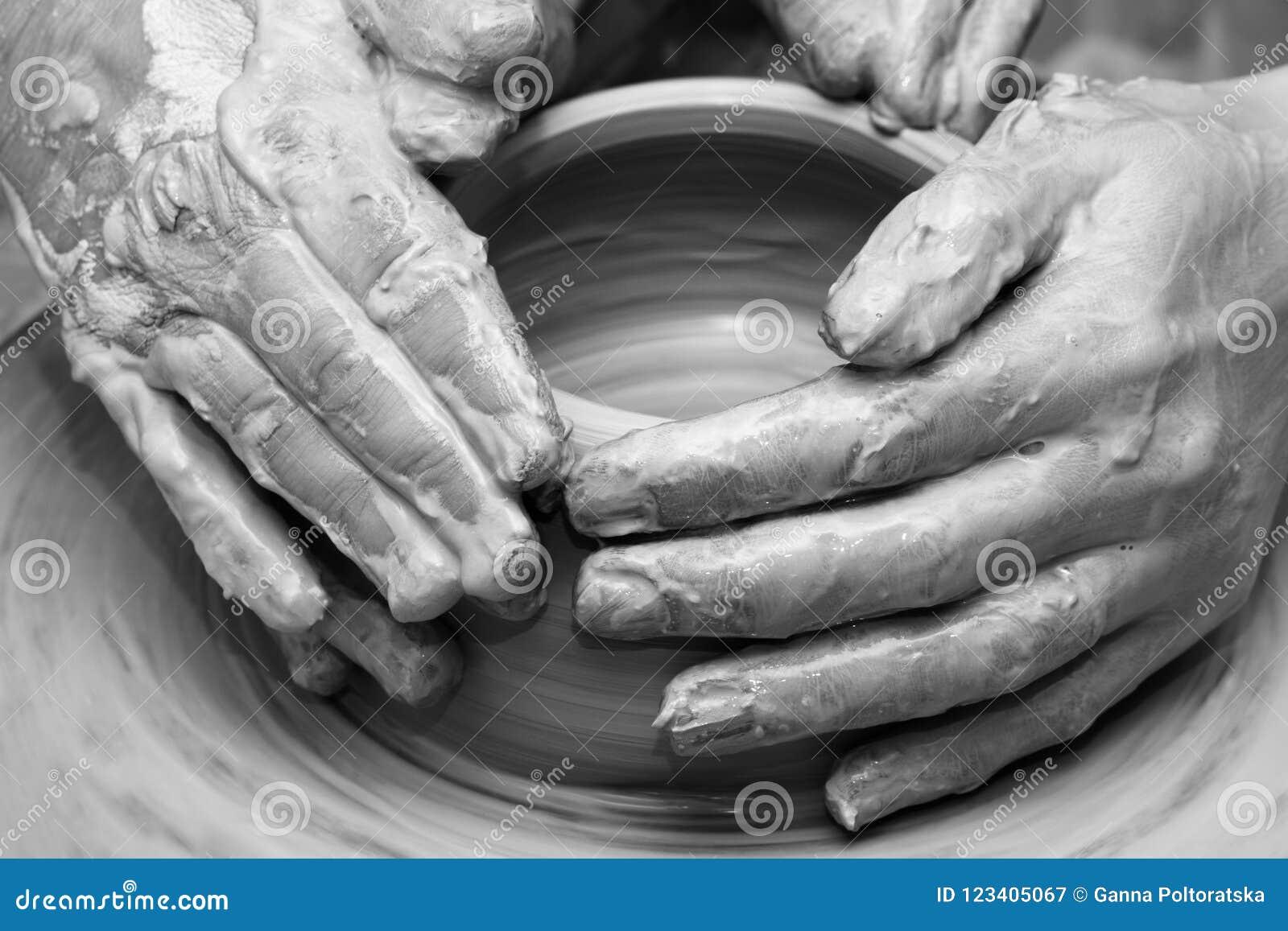 Kobiet ręki w glinie przy procesem robić crockery na ceramicznym wh
