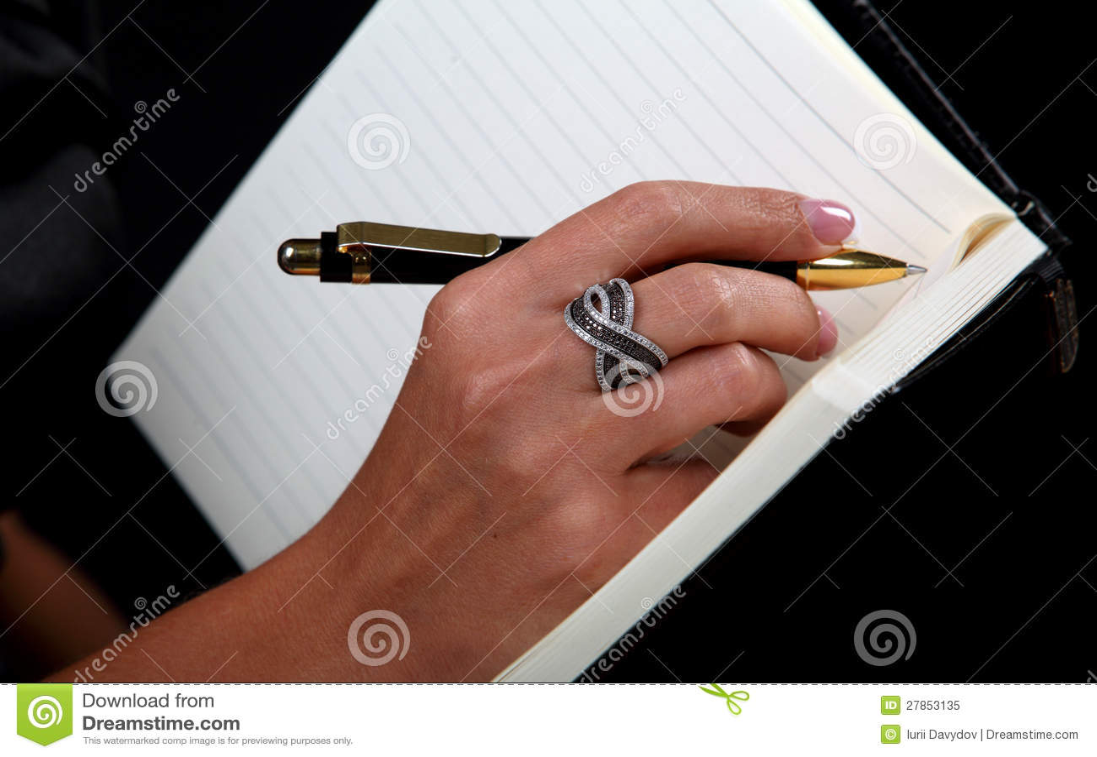 Kobiet `s ręka na notatniku