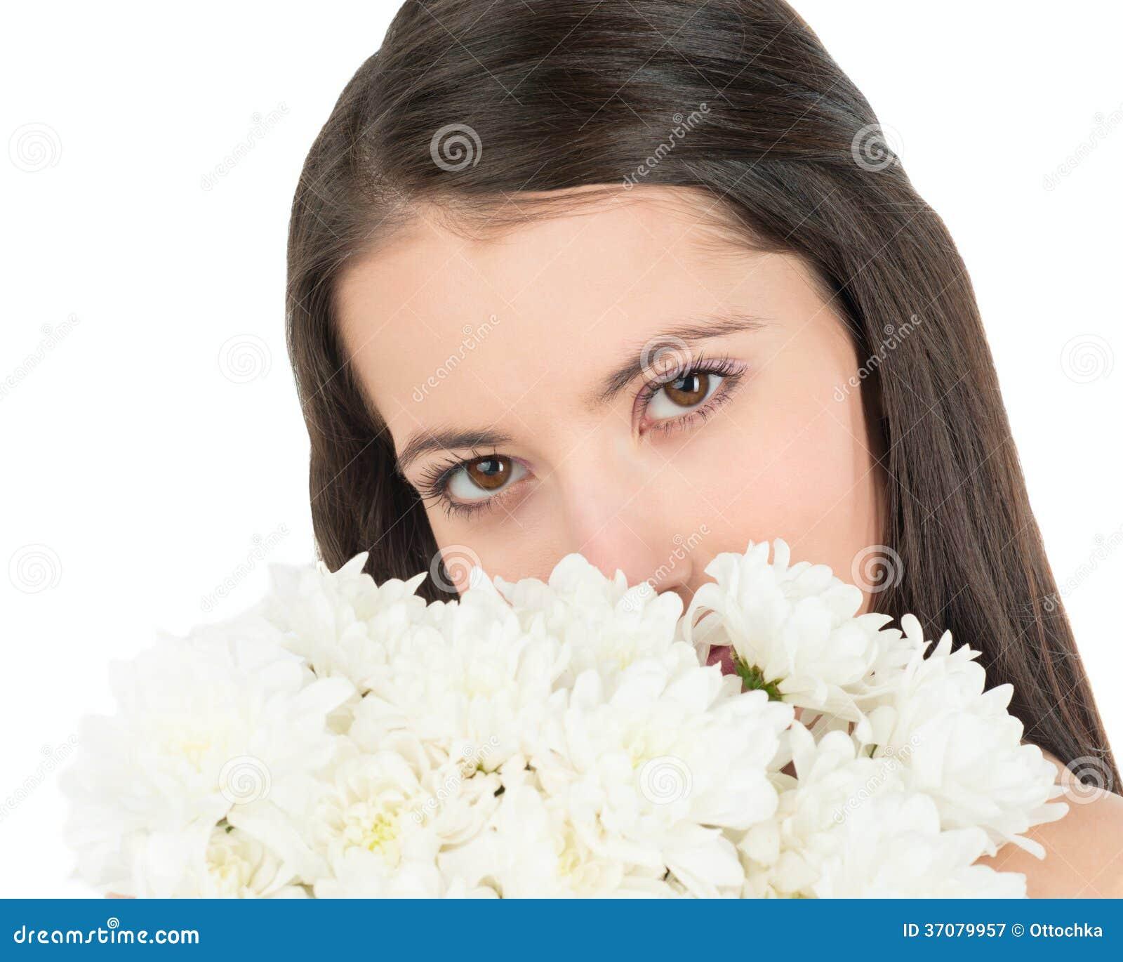 Download Kobiet Spojrzenia Out Przez Bukieta Białe Chryzantemy Obraz Stock - Obraz złożonej z zmysłowy, kwiat: 37079957