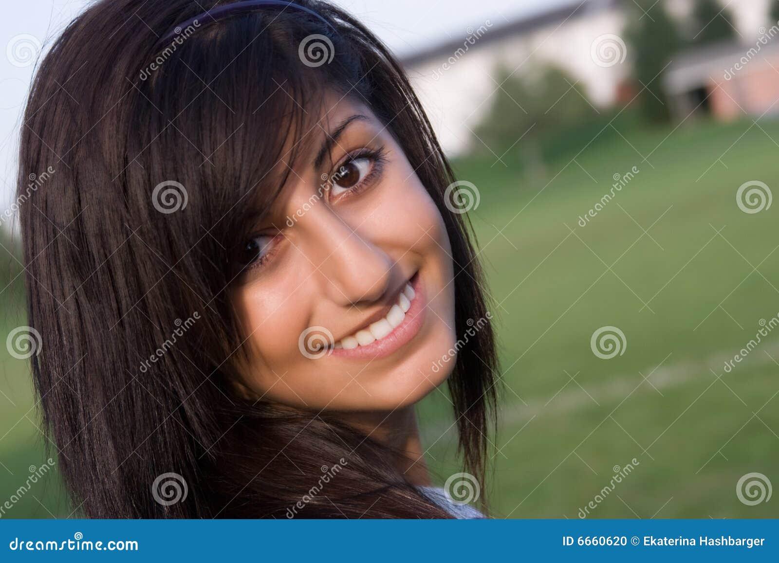 Kobiet uśmiechnięci potomstwa