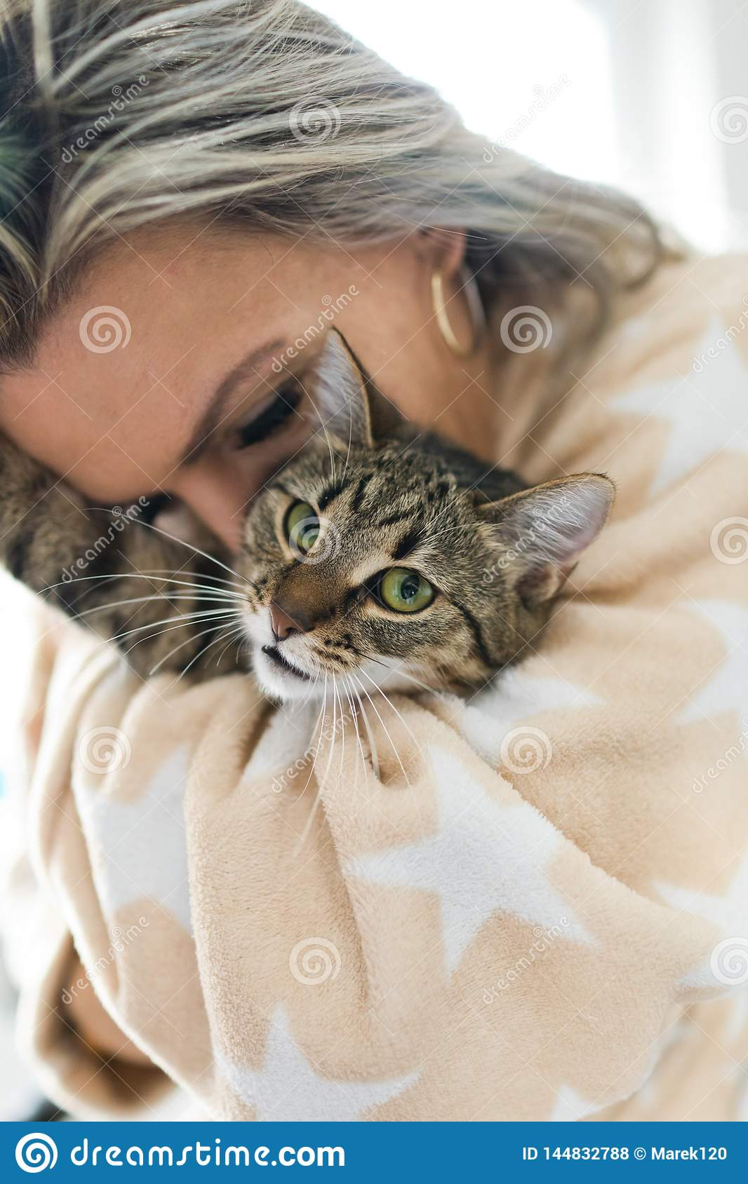 Kobieta bawi? si? z kotem - przytulenie i ca?owanie