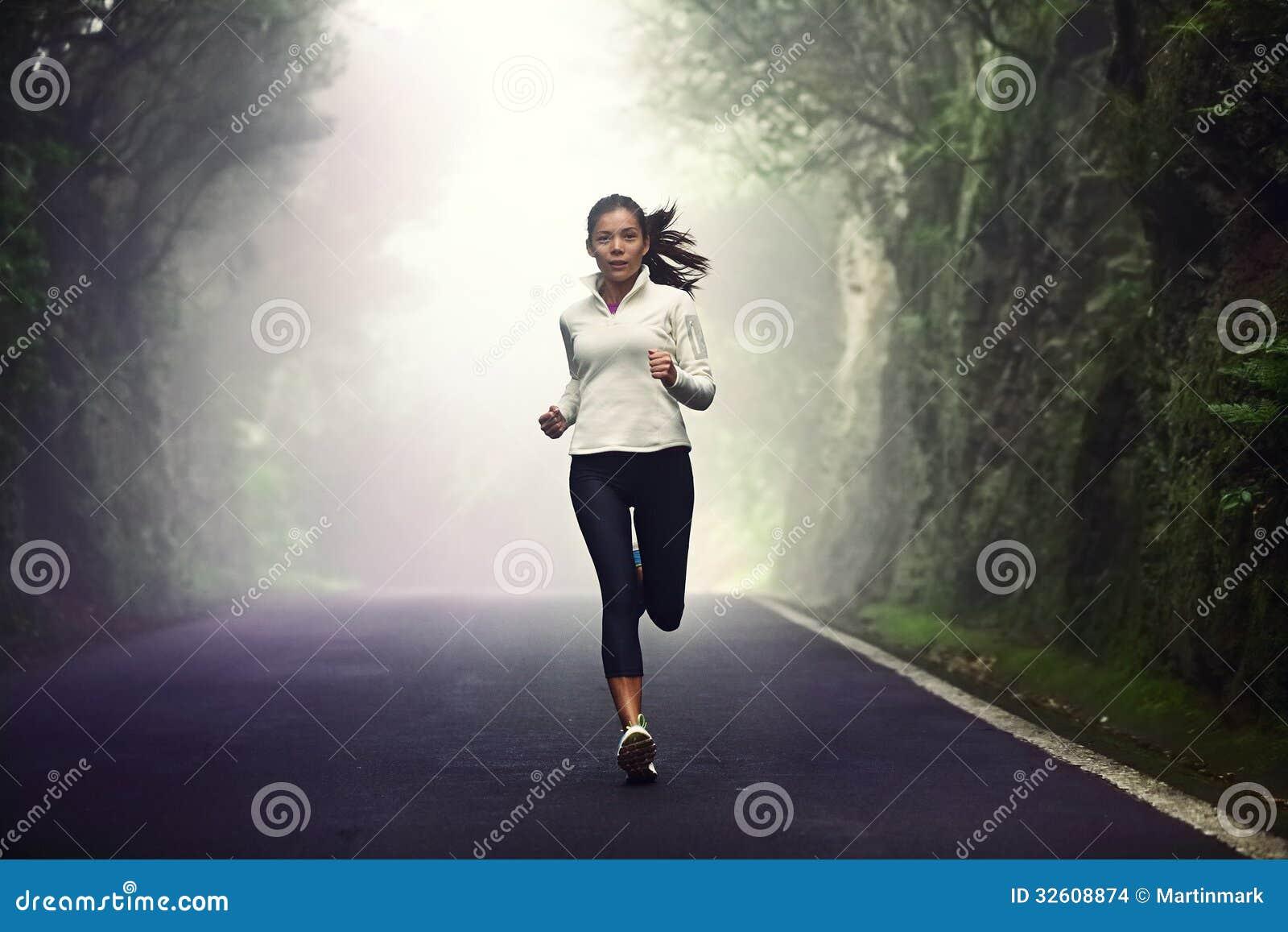 Kobieta bieg na drodze